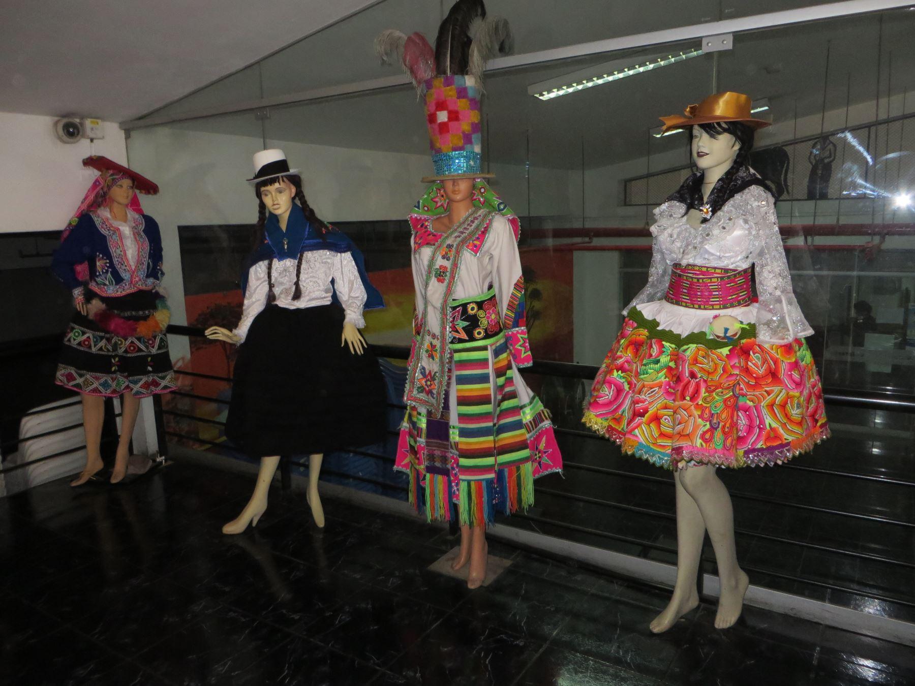 cfa7aa36e3 Muestra de trajes típicos en Centro Cultural de Ate. Foto  Andina Difusión