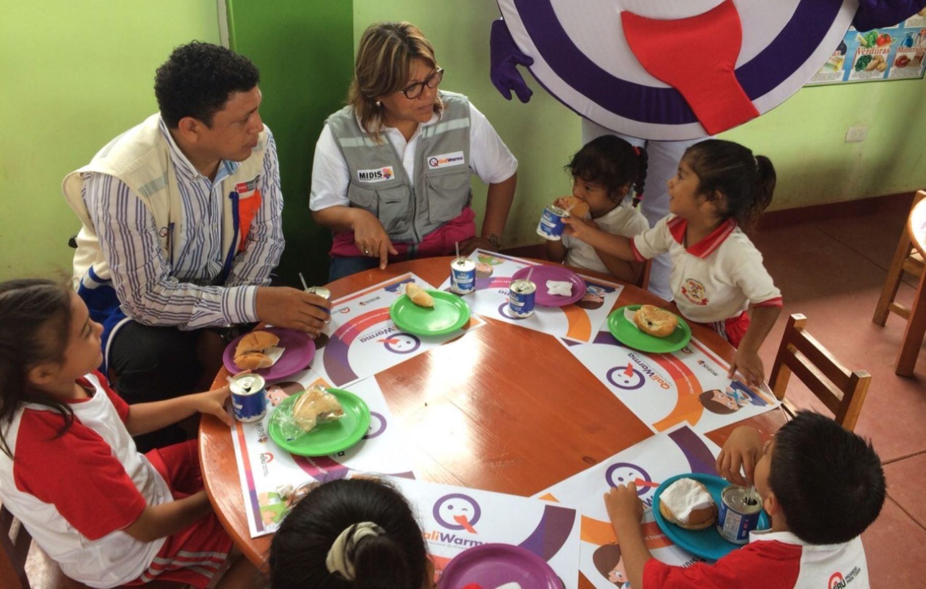 Directora ejecutiva del Programa Qali Warma, María Isabel Jhong Guerrero, supervisó la entrega del desayuno escolar en los colegios de Tumbes.