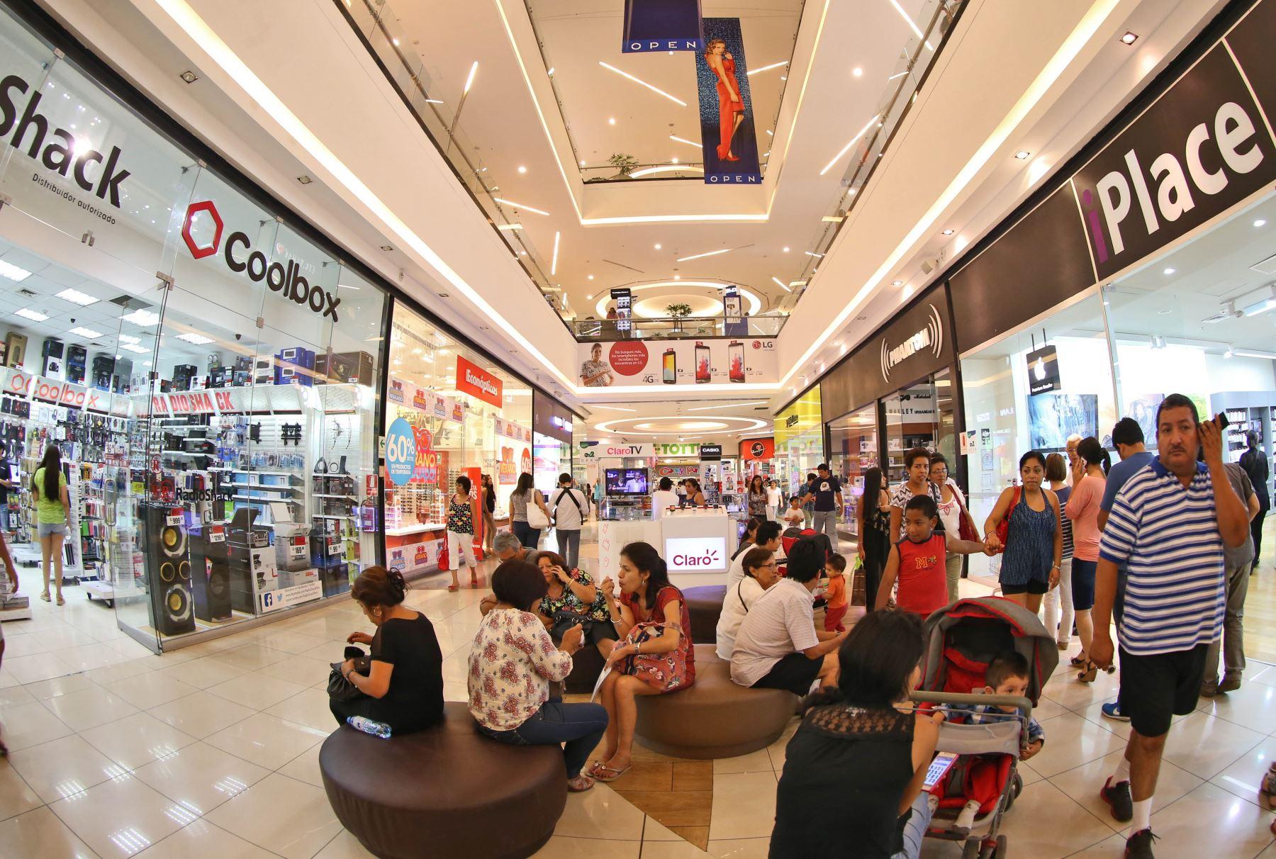 Compras en tiendas por departamento en el Centro Comercial Open Plaza de Angamos.Foto: ANDINA/Oscar Farje Gomero.