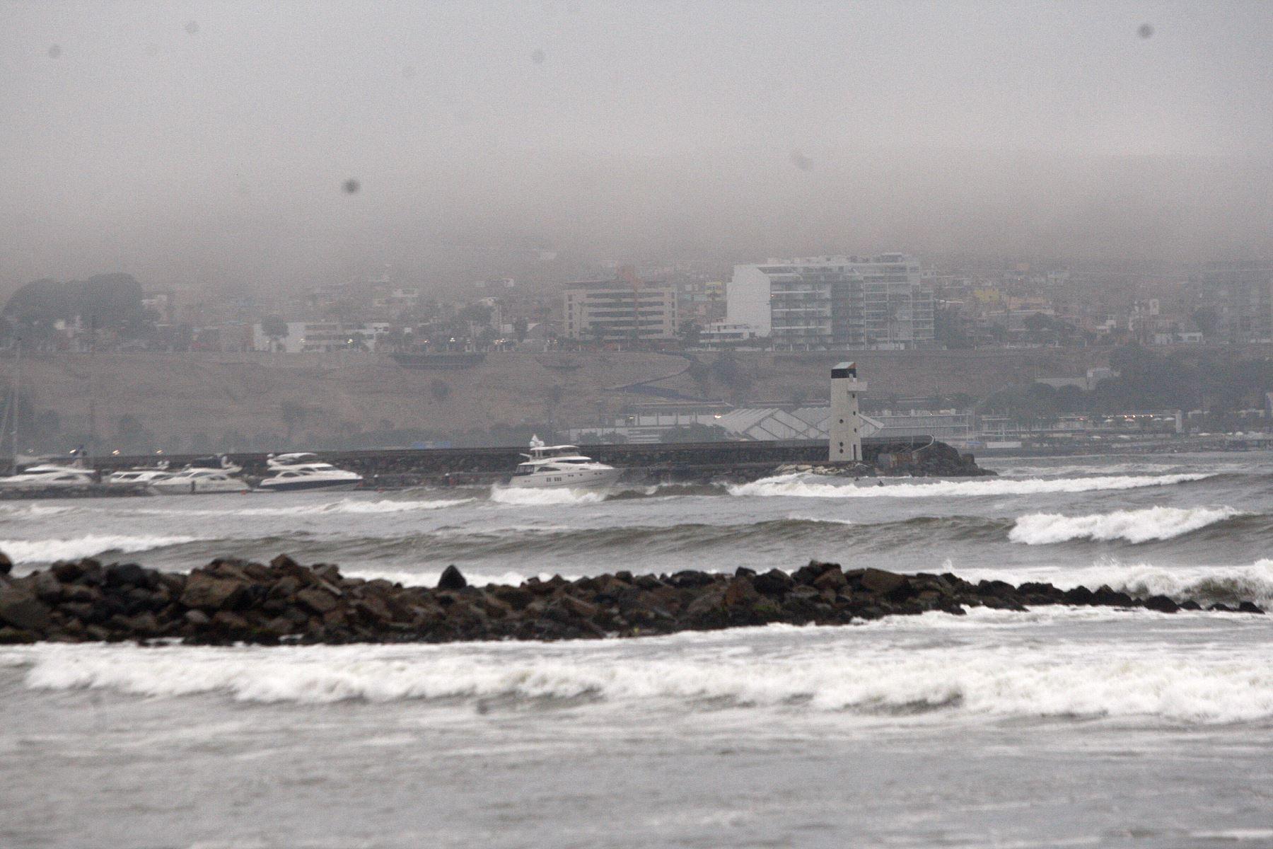 La ocurrencia de oleaje ligero se espera desde mañana viernes 9 hasta el sábado 10 de noviembre en todo el litoral peruano, informó la Dirección de Hidrografía y Navegación (DHN) de la Marina de Guerra del Perú. ANDINA/Héctor Vinces