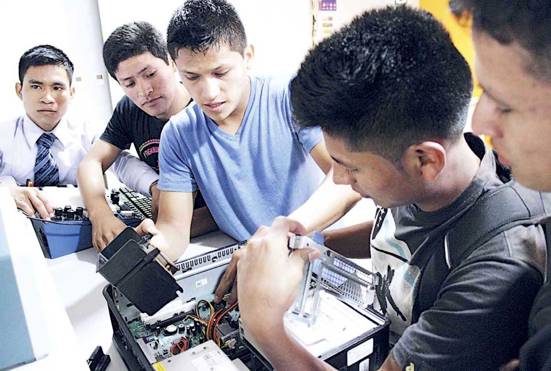 Resultado de imagen para jovenes  andina.ep