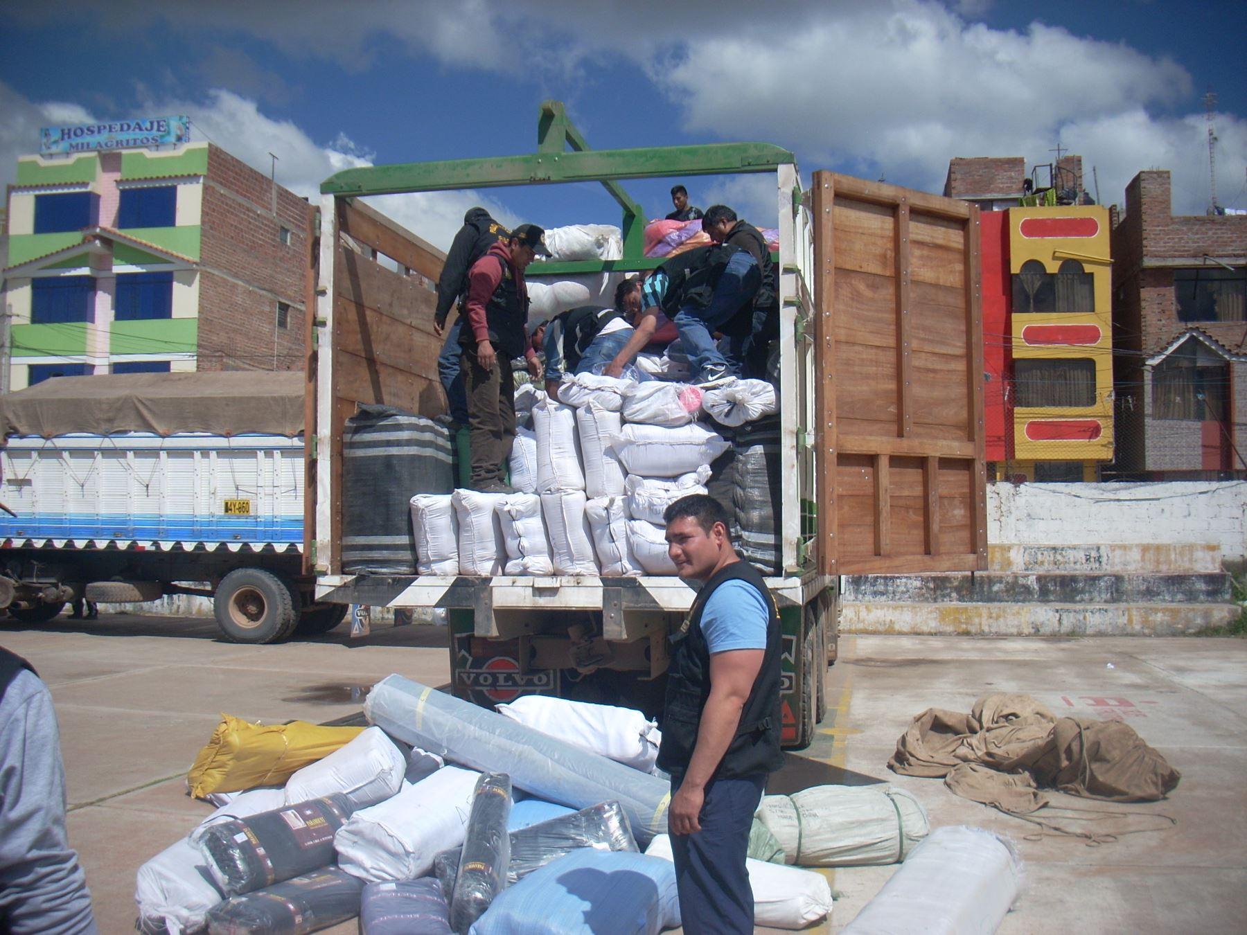 Intervienen a dos camiones en Puno con mercadería de contrabando   Noticias    Agencia Peruana de Noticias Andina