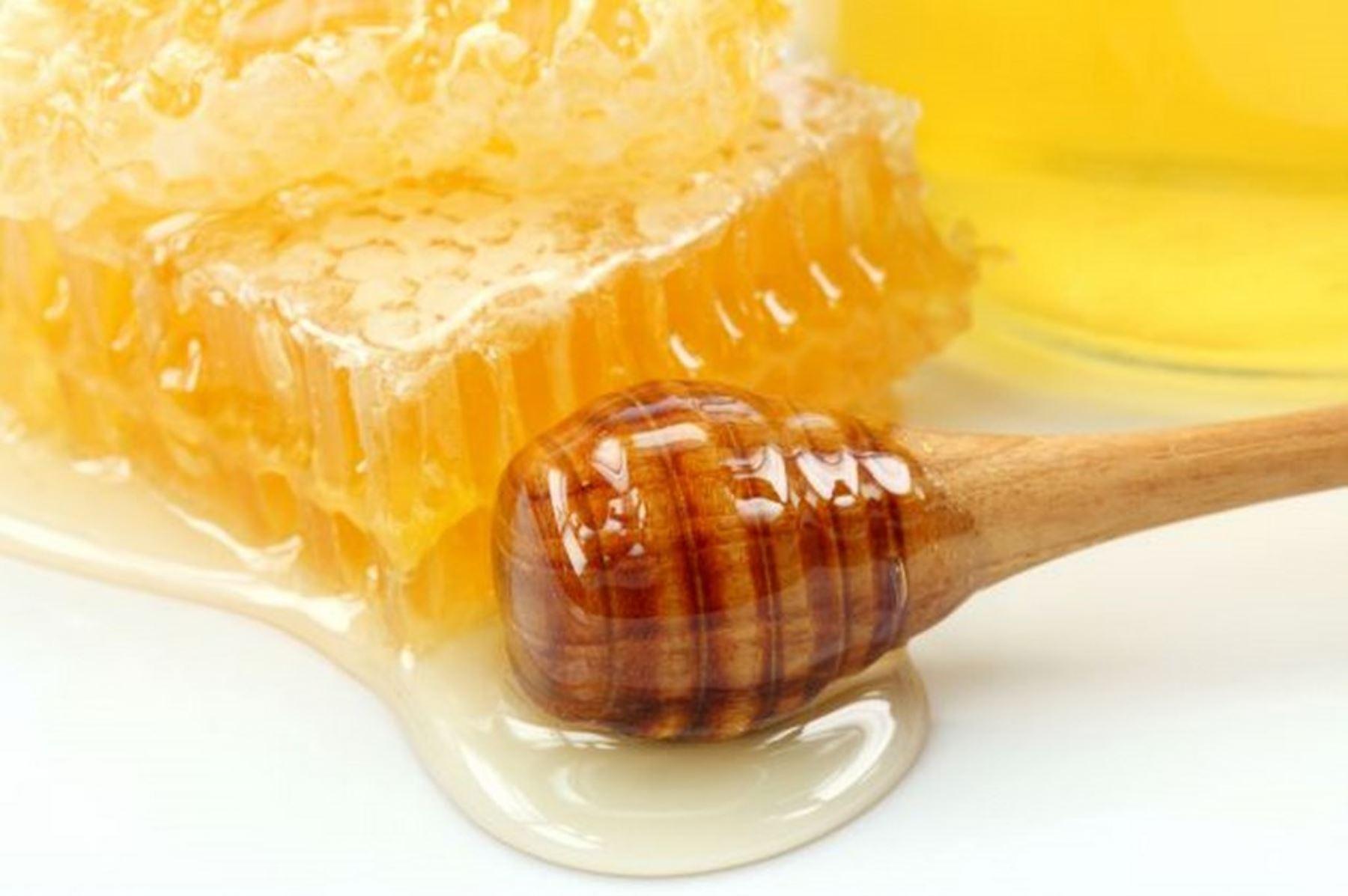 La miel de abeja es uno de los superalimentos más antiguos y consumidos desde los albores de la humanidad. Valorado no solo como un excelente endulzante natural, sino también por sus enormes propiedades nutritivas y medicinales. ANDINA/Difusión