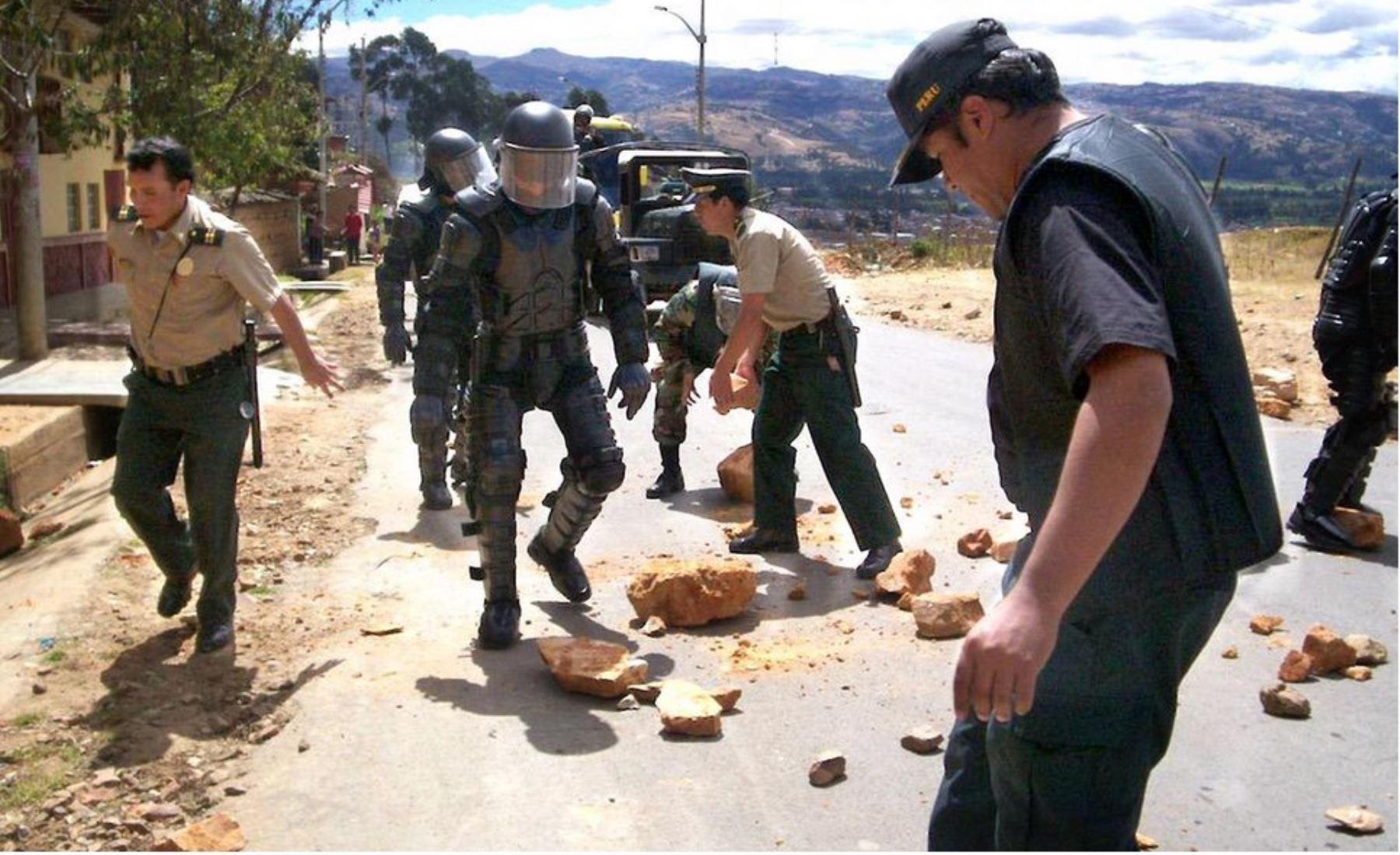 Policía despeja vías bloqueadas por manifestantes contrarios a proyecto Tía María