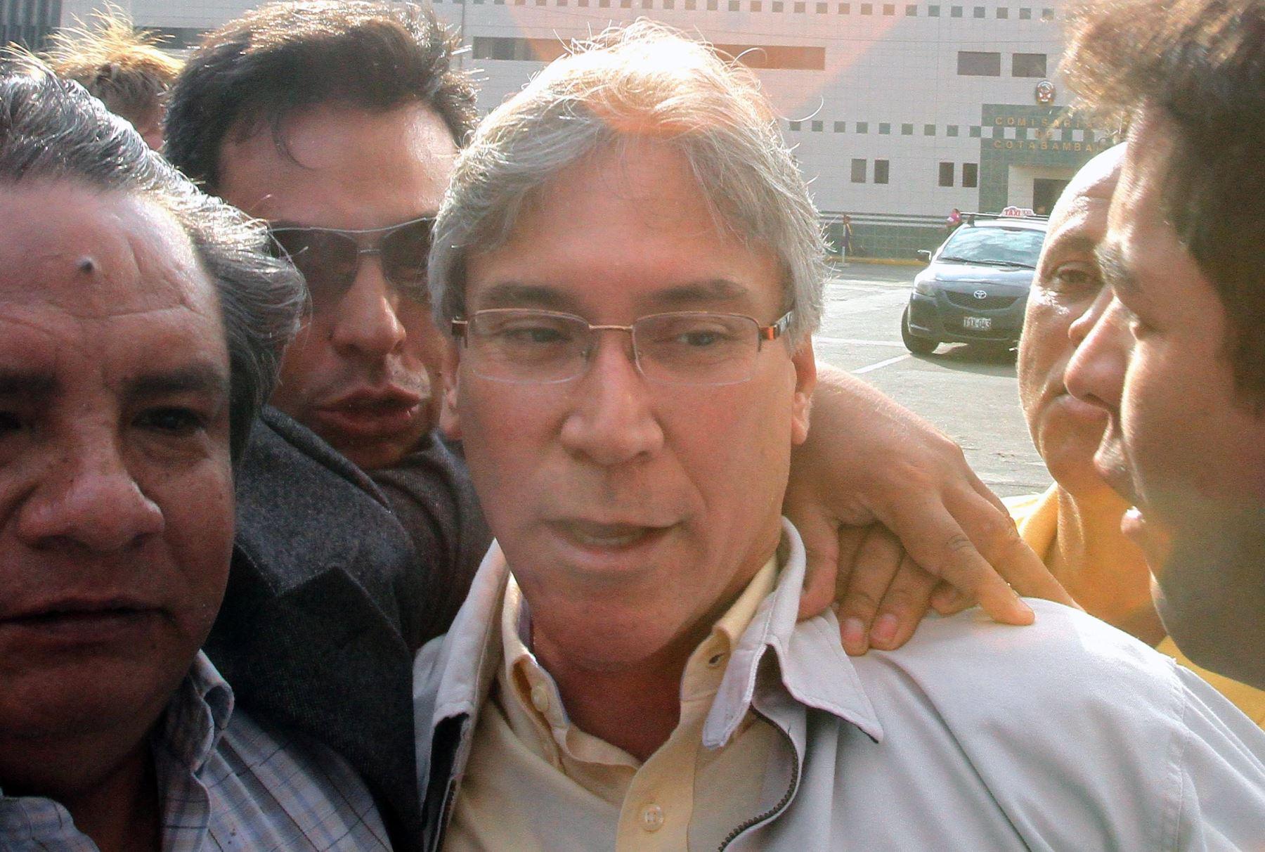 Exministro aprista Aurelio Pastor se puso a derecho ante la justicia.