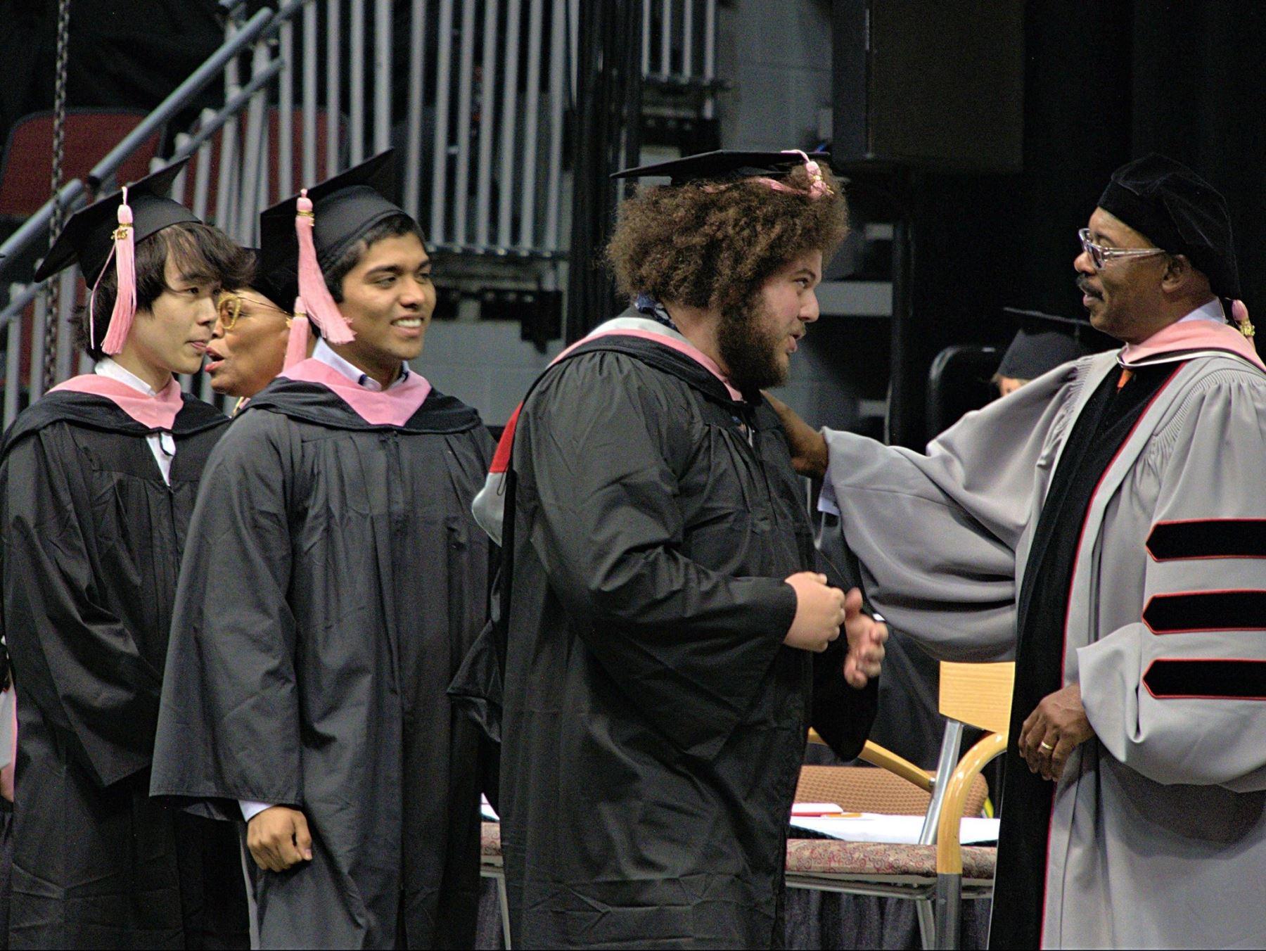 En momentos en que se graduaba con su clase de Berklee.