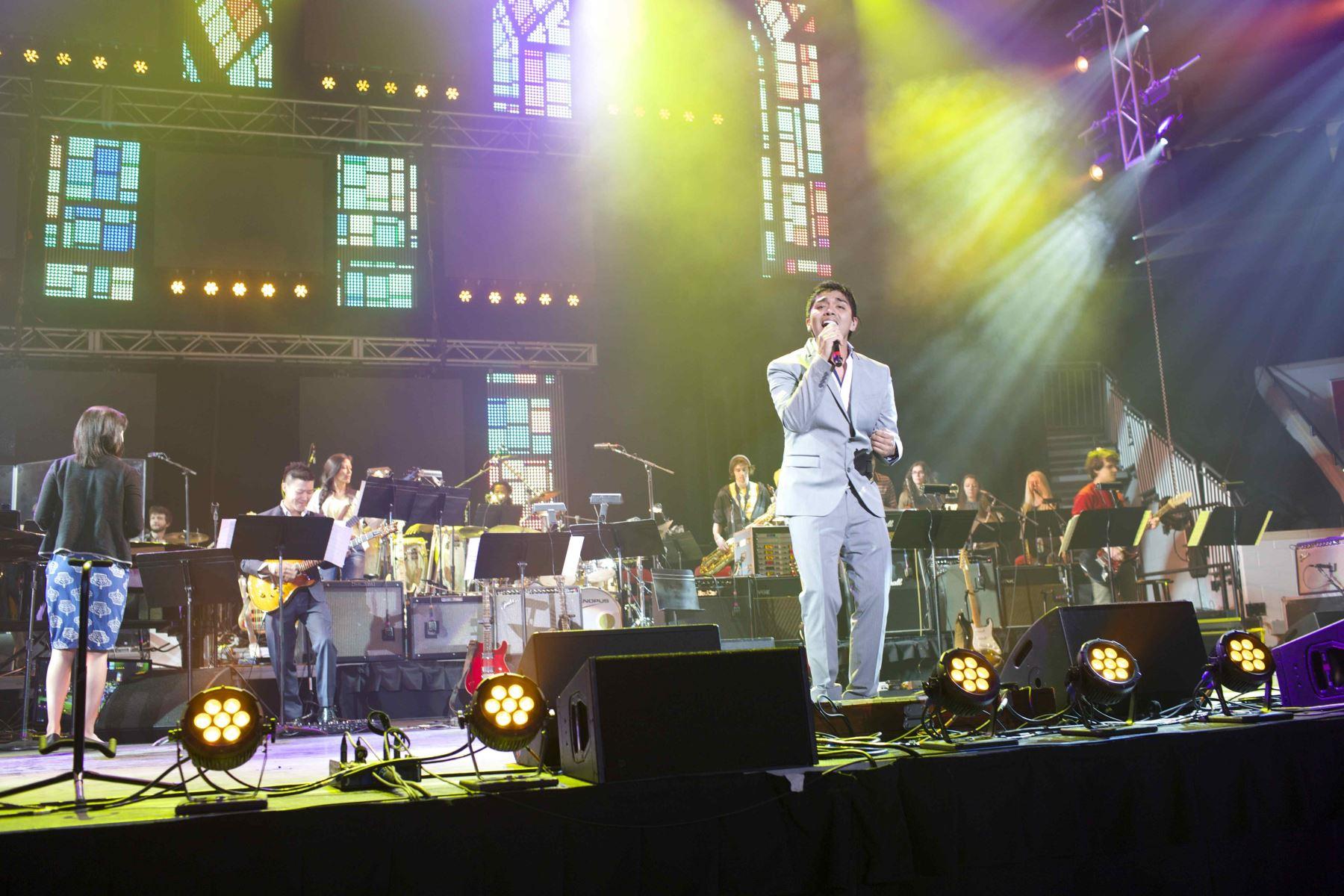 Cantando en la noche de graduación con la presencia de Julio Iglesias.