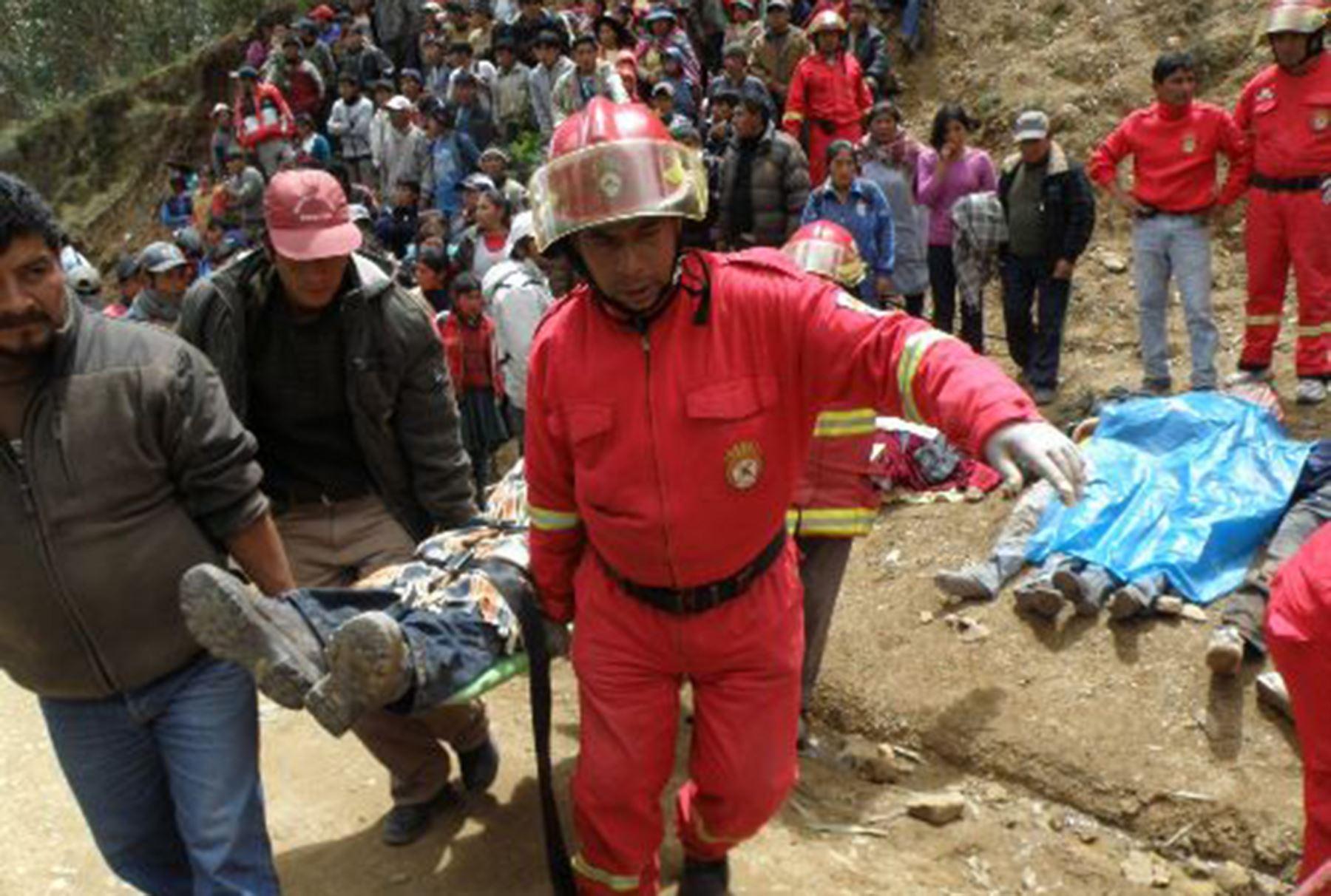 Bomberos y efectivos policiales participaron en el auxilio de los heridos y rescate de los cuerpos del accidente de bus que cayo al abismo en Cusco. Foto:ANDINA/Percy Hurtado.