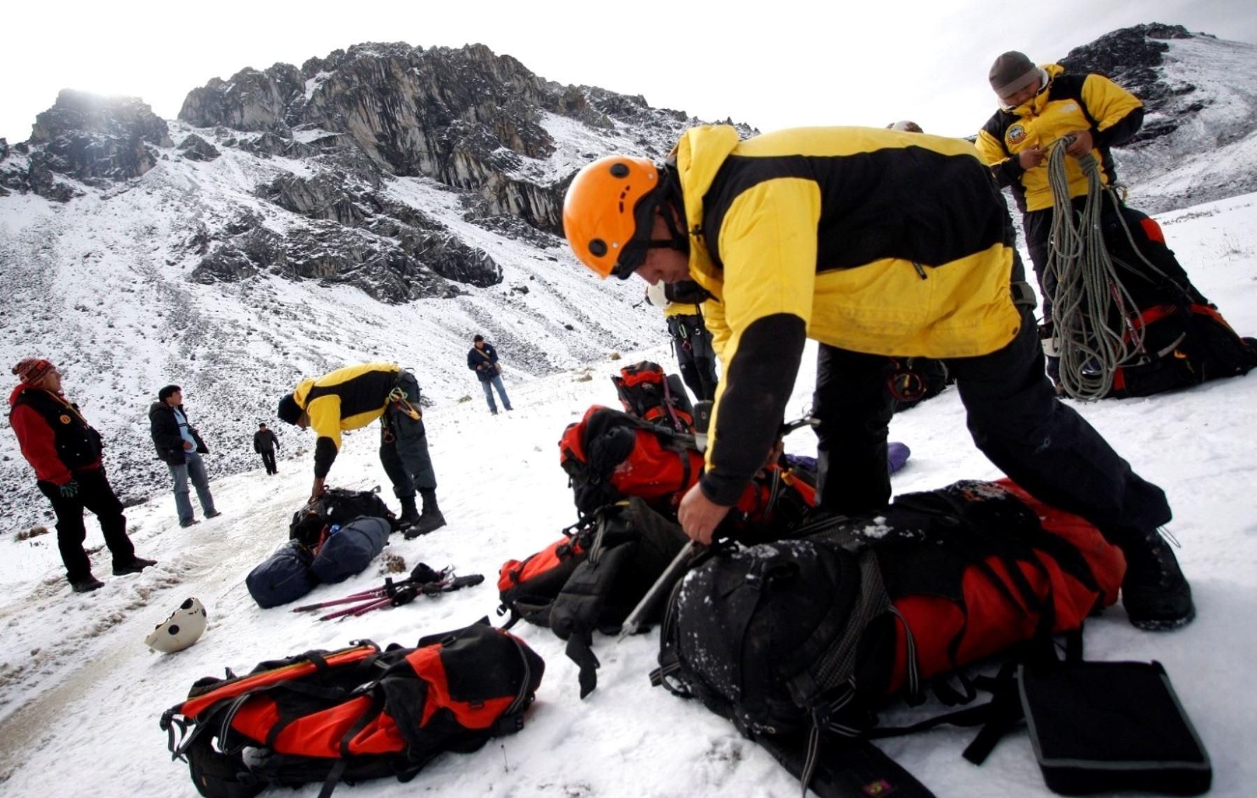 Brigadas de Alta Montaña de la Policía Nacional realizan la búsqueda de los montañistas perdidos. ANDINA/archivo