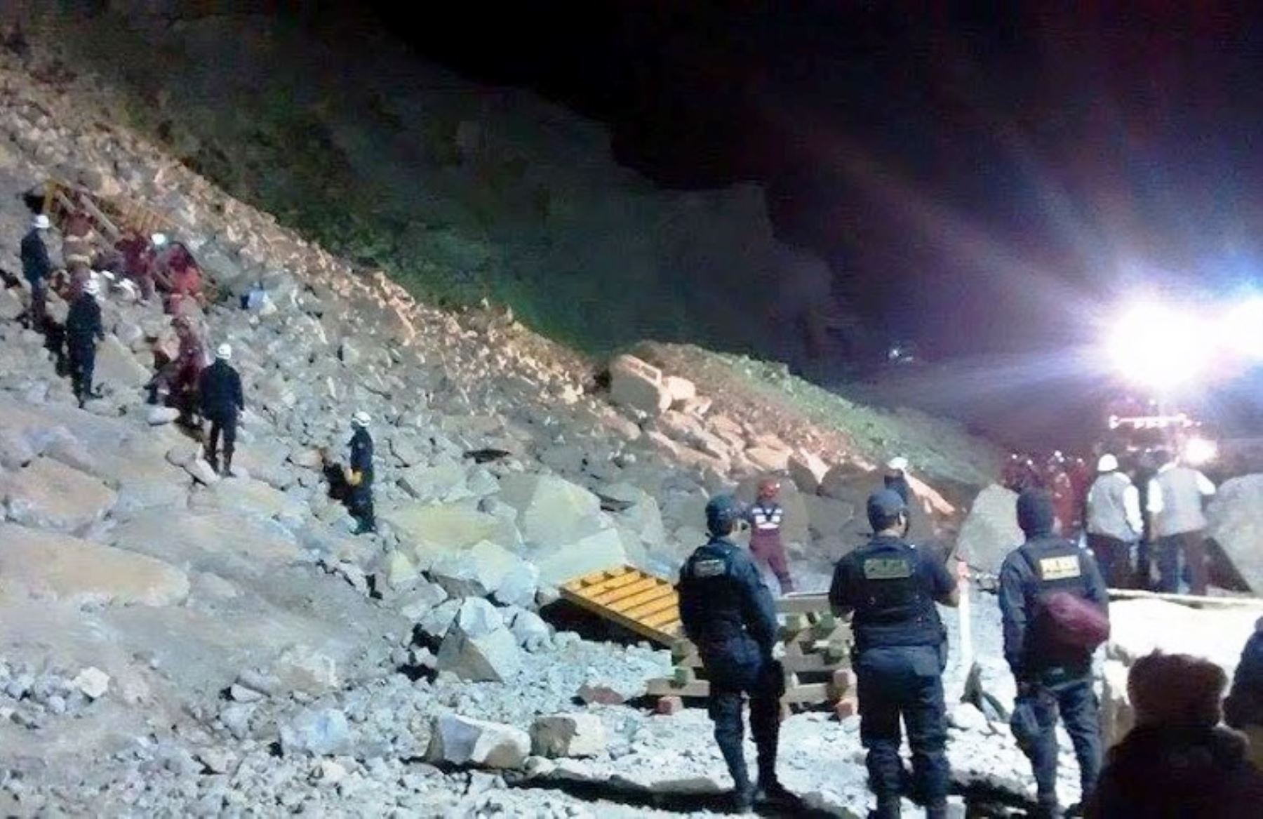 Indeci confirma que el derrumbe que sepultó a una miniván dejó 6 muertos. Foto: Huachoenlínea.