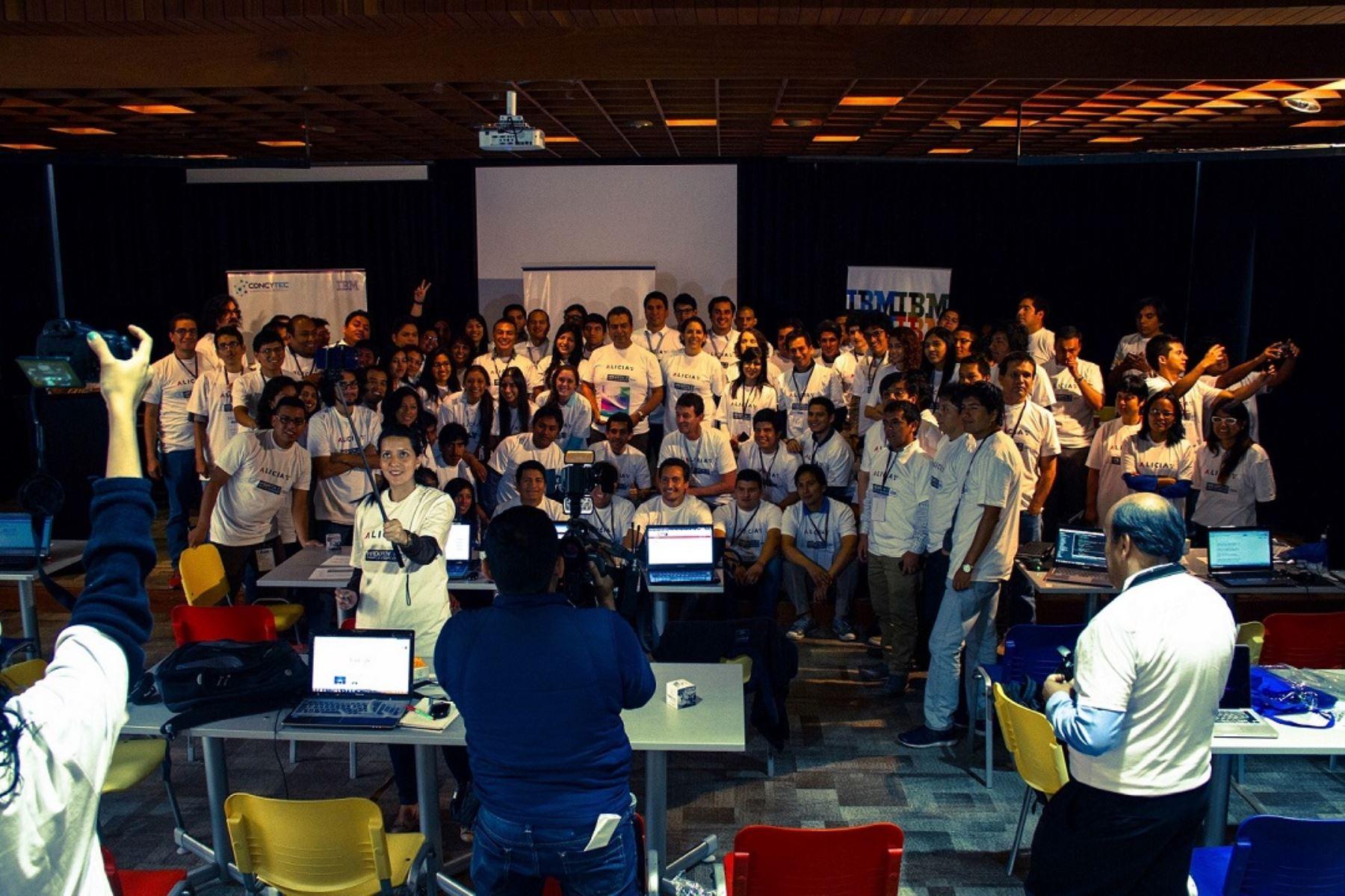"""La """"Hackathon para la Innovación 2015"""", que congrega a jóvenes programadores peruanos, quienes compiten de forma ininterrumpida en la elaboración de aplicativos que ayuden en las necesidades del sector salud en el Perú."""