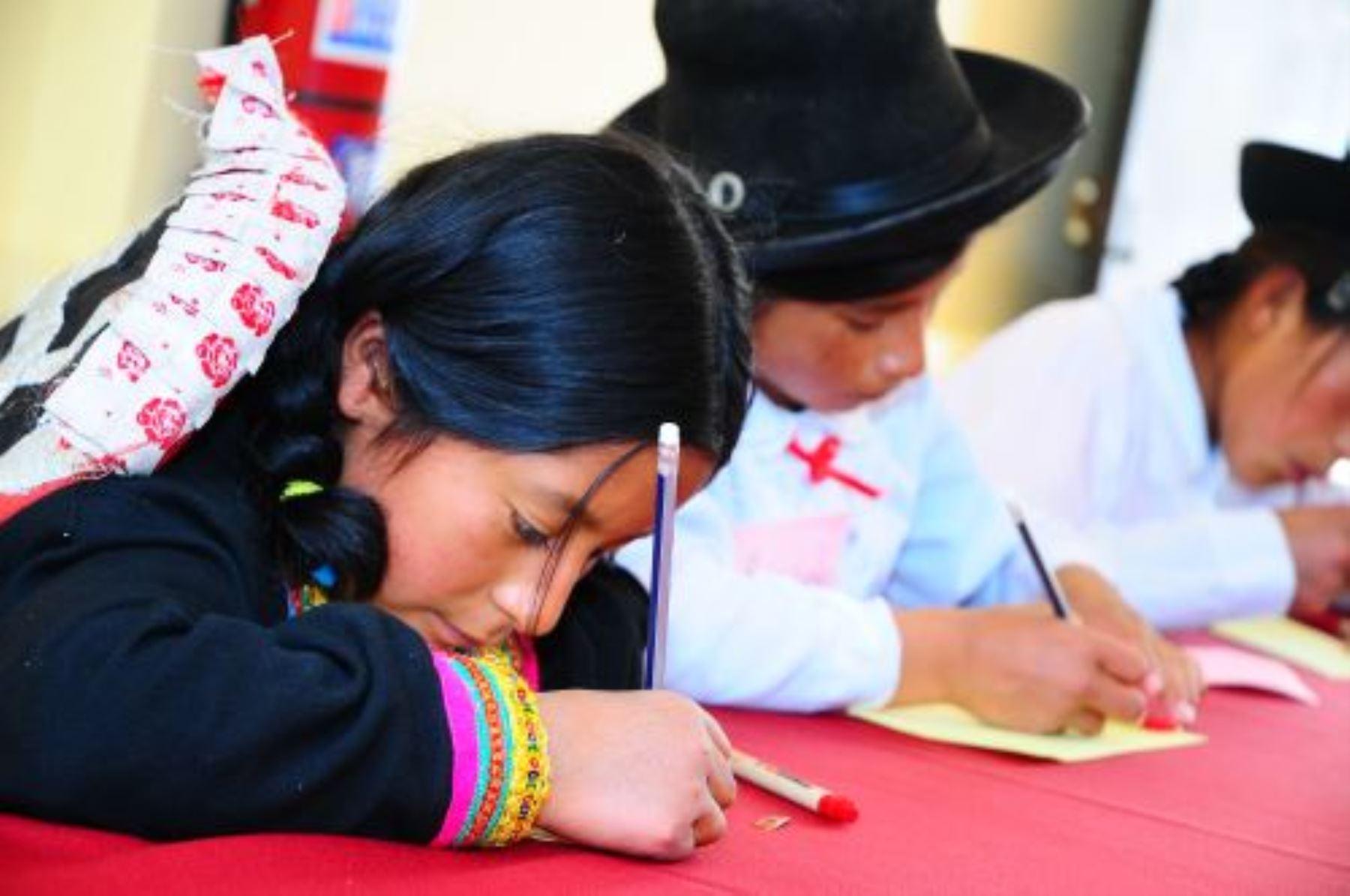 Oficializan alfabetos de 24 lenguas originarias a ser utilizados por entidades públicas.