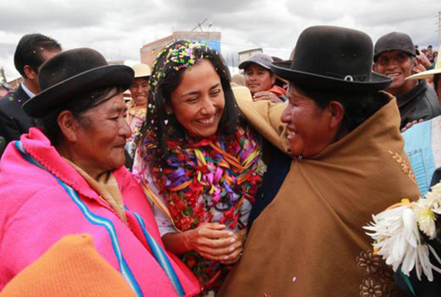 Primera Dama, Nadine Heredia, en encuentro con mujeres del programa Trabaja Perú en Puno.