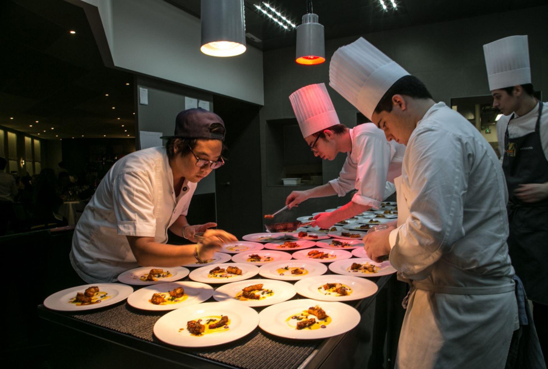 Chef dedicados a preparar los platos que sorprendieron a italianos. Foto: Promperú