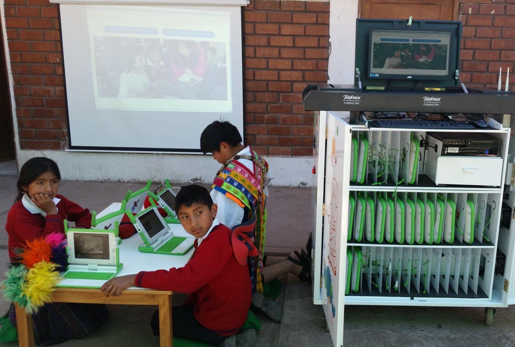 """CUSCO PERÚ, JULIO 11. Reconocido cocinero español Ferran Adriá participa en la inauguración de un """"Aula Móvil"""" en un colegio de Fe y Alegría en el distrito de Andahuaylillas, en Cusco. Estuvo acompañado de la Directora de la Fundación Telefónica, Elizabeth Galdos. Foto: ANDINA"""
