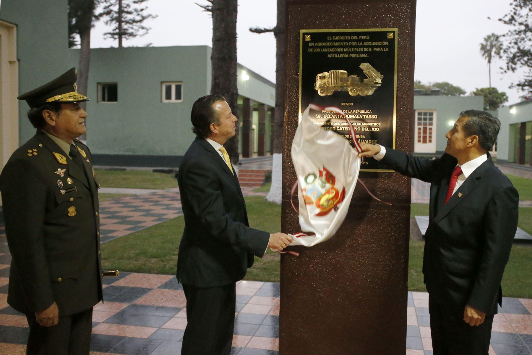 Presidente Ollanta Humala y ministro de Defensa, Jakke Valakivi, develan placa sobre la compra de Lanzadores Núltiples 90B.