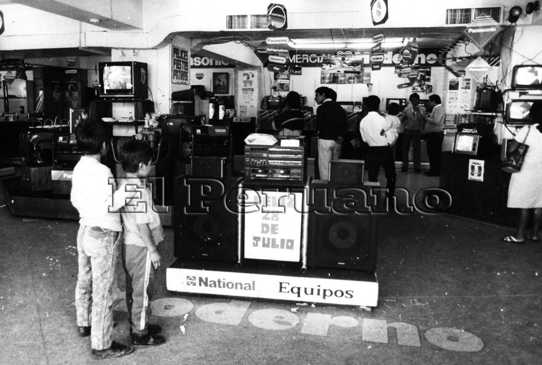 Venta de electrodomésticos durante la recordada feria. Foto: Archivo Histórico El Peruano