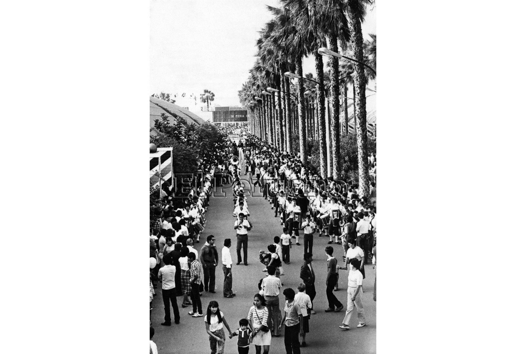 Enormes colas se formaban para poder ingresar al recinto. Foto: Archivo Histórico El Peruano.