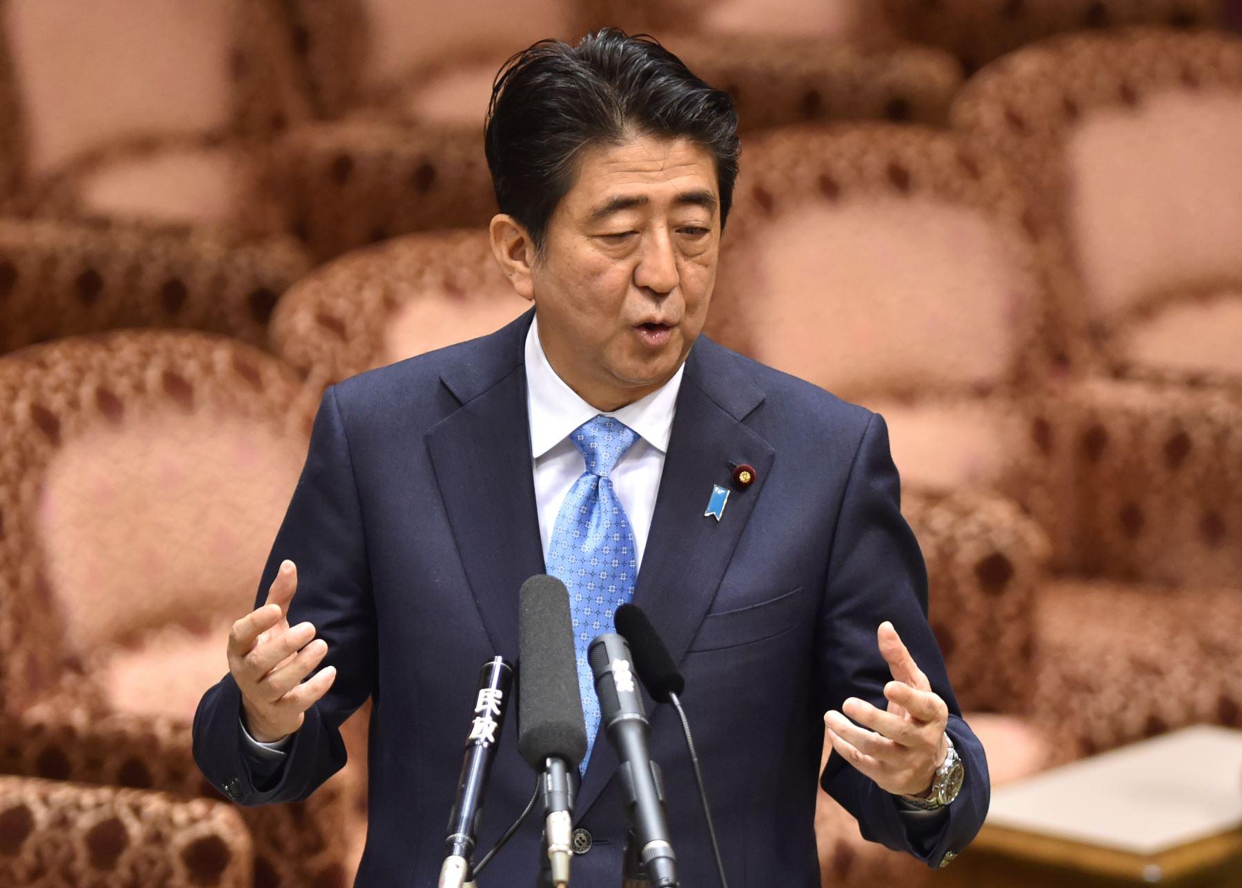 Primer Ministro japonés,  Shinzo Abe responde preguntas durante conferencia. Foto: AFP