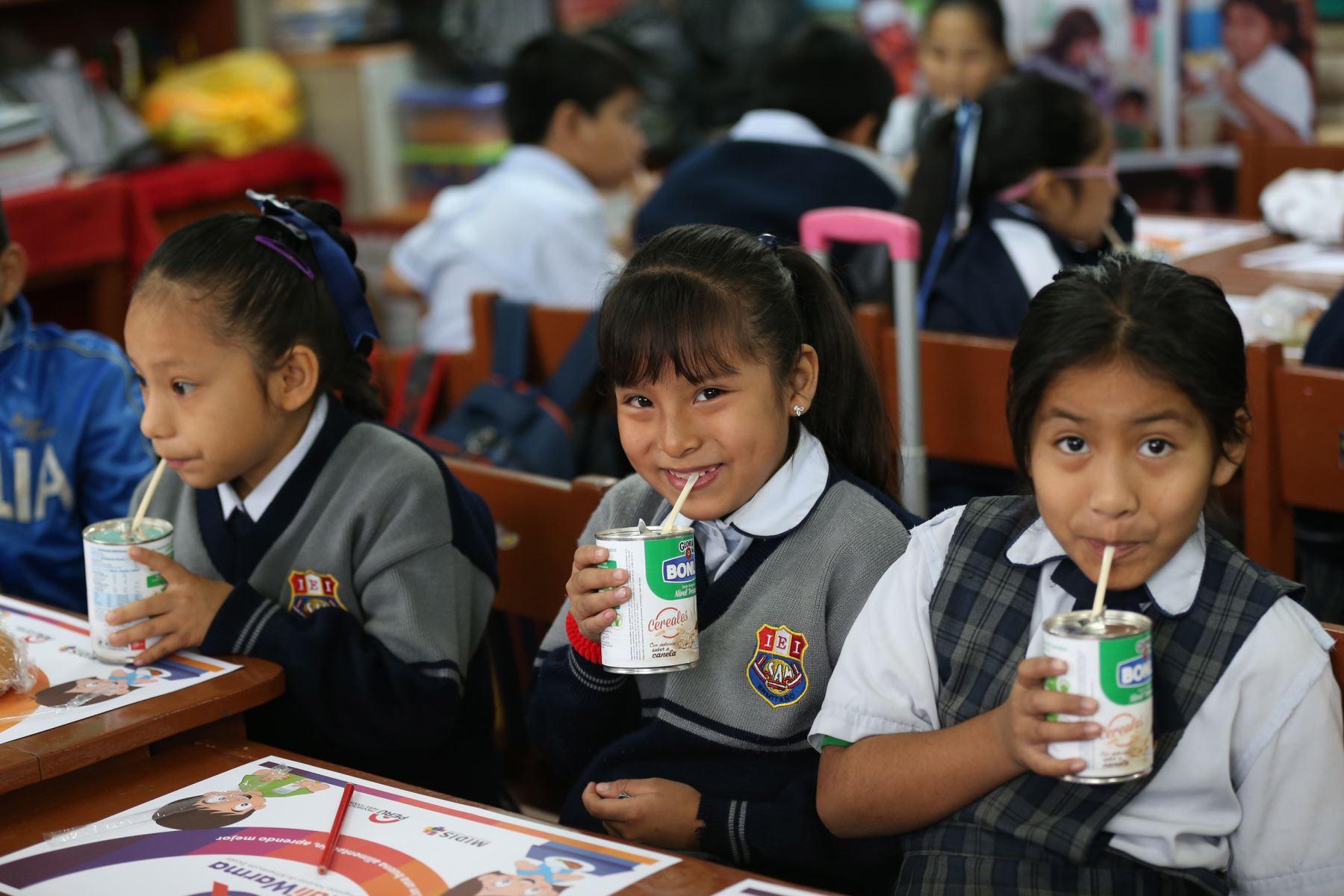 LIMA, PERÚ - AGOSTO 10.La ministra de Desarrollo e Inclusión Social (MIDIS) Paola Bustamante supervisa el reinicio del servicio alimentario escolar  Qali Warma. Foto: ANDINA/Norman Córdova