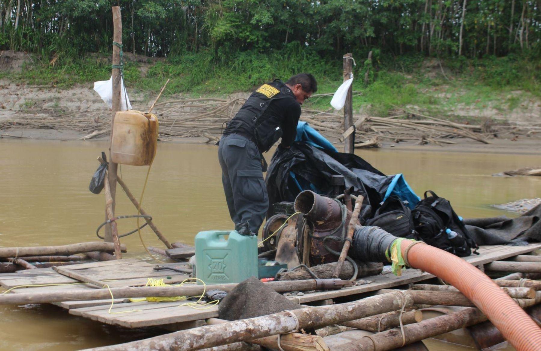 Fuerzas del orden destruyeron equipos y maquinarias empleadas por los mineros ilegales en Madre de Dios.