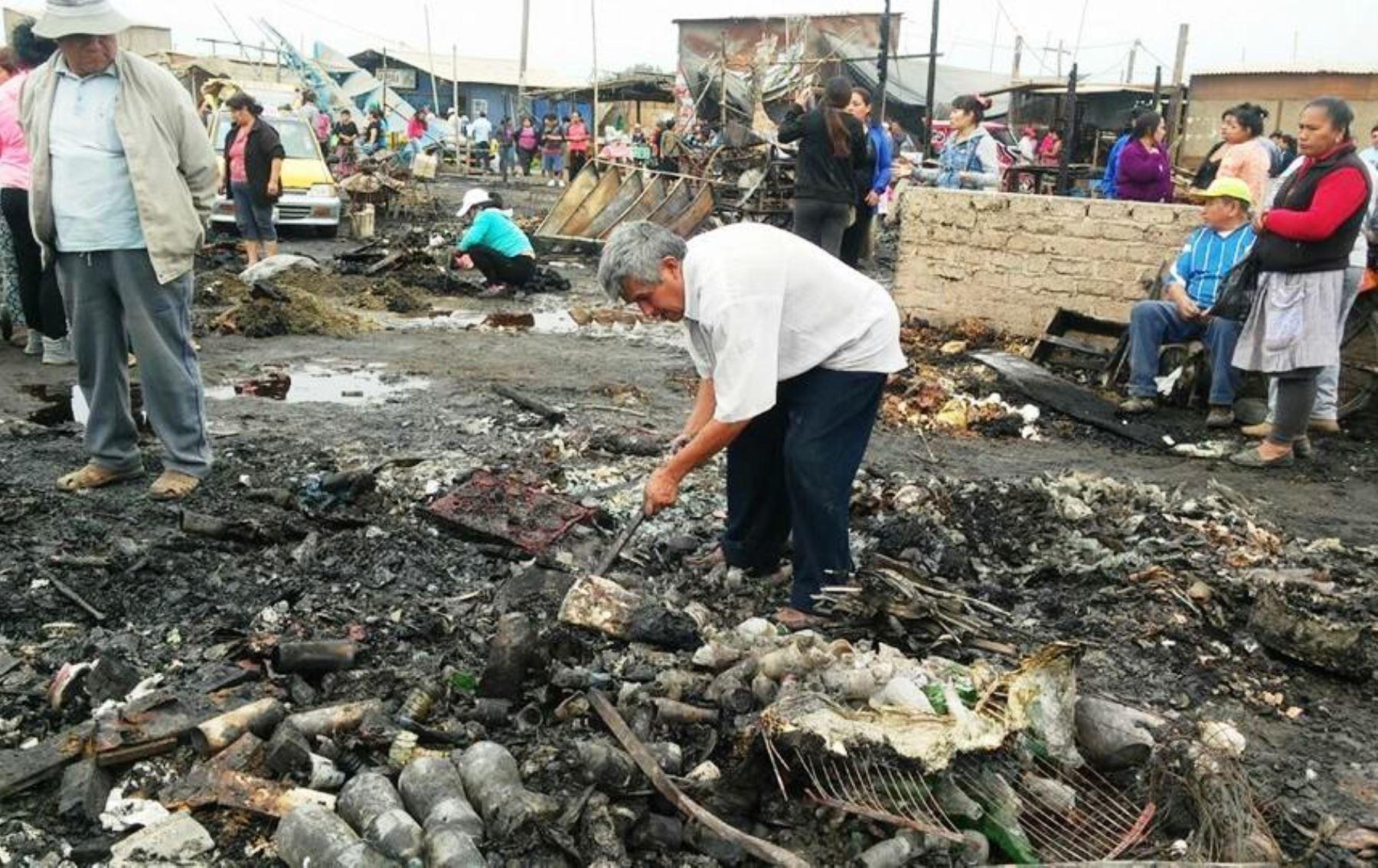 Incendio destruye más de 300 puestos en mercado Dos de Mayo en Chimbote. Foto: ANDINA/Difusión.