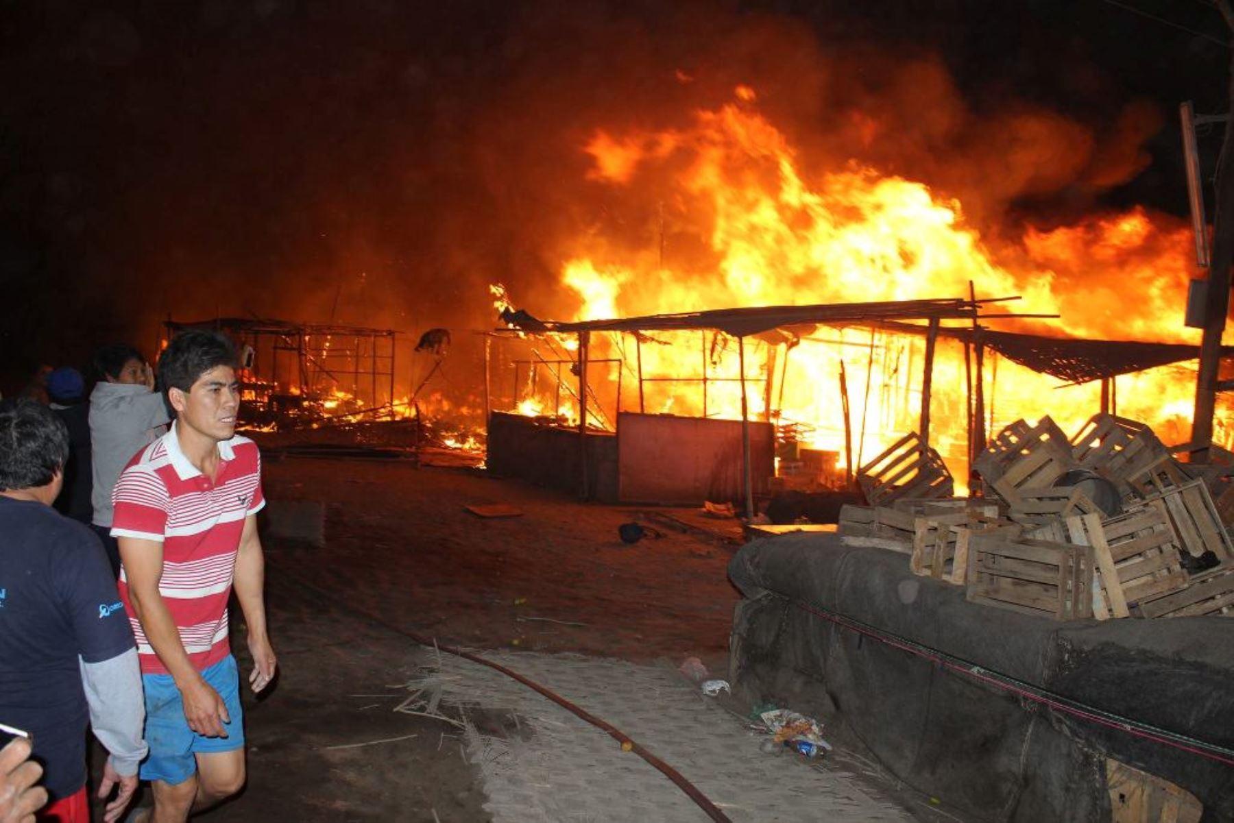 A S/. 2.5 mllns. ascenderían pérdidas económicas por incendio en mercado de Chimbote. Foto: ANDINA