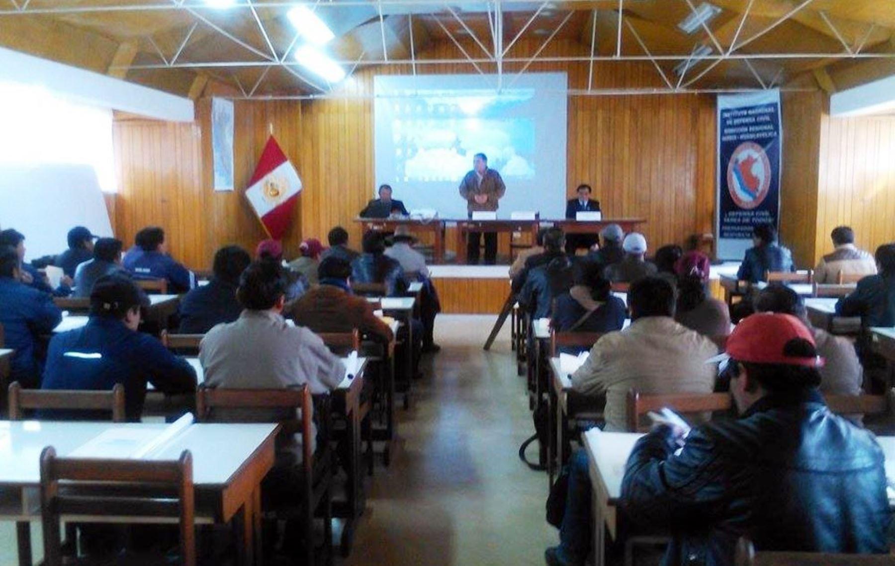 Especialistas del Indeci y de Osinergmin capacitaron a gobernadores de Huancavelica en taller organizado por Onagi.