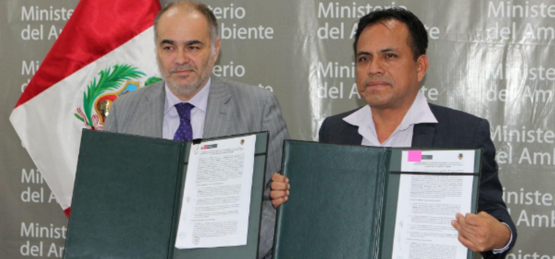 Viceministro de Desarrollo Estratégico de los Recursos Naturales del Ministerio del Ambiente, Gabriel Quijandría, suscribe convenio de cooperación con el presidente de la Confederación de Nacionalidades Amazónicas del Perú, Oseas Barbarán.