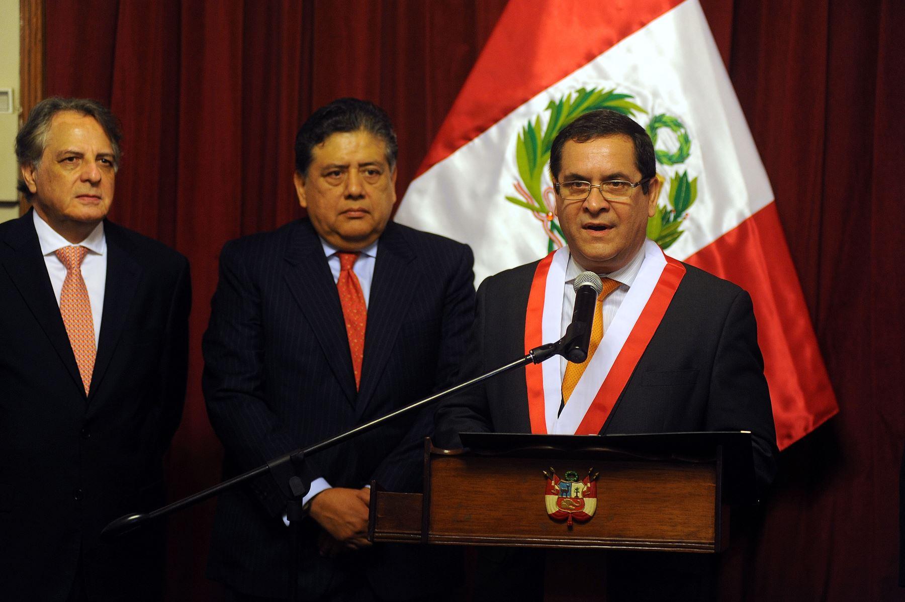 Congreso condecora a embajador Alfredo Chuquihuara