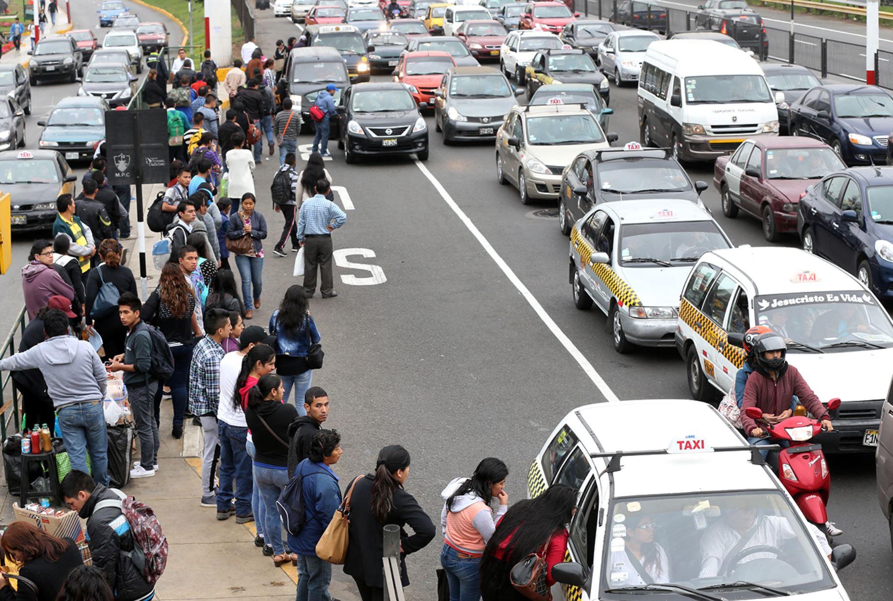 Cerca de 160 empresas de transporte del Callao acatan hoy un paro que está afectando a miles de usuarios que se quejan por la falta de unidades y por el excesivo incremento en las tarifas que cobran algunos transportistas.