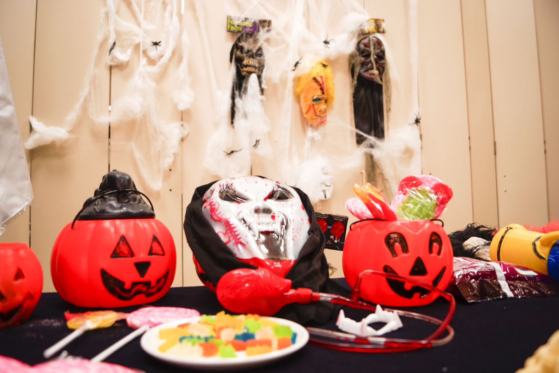 Debido al actual contexto, Digesa recomienda celebrar la festividad de Halloween en casa, compartiendo con la familia. Foto: Digesa