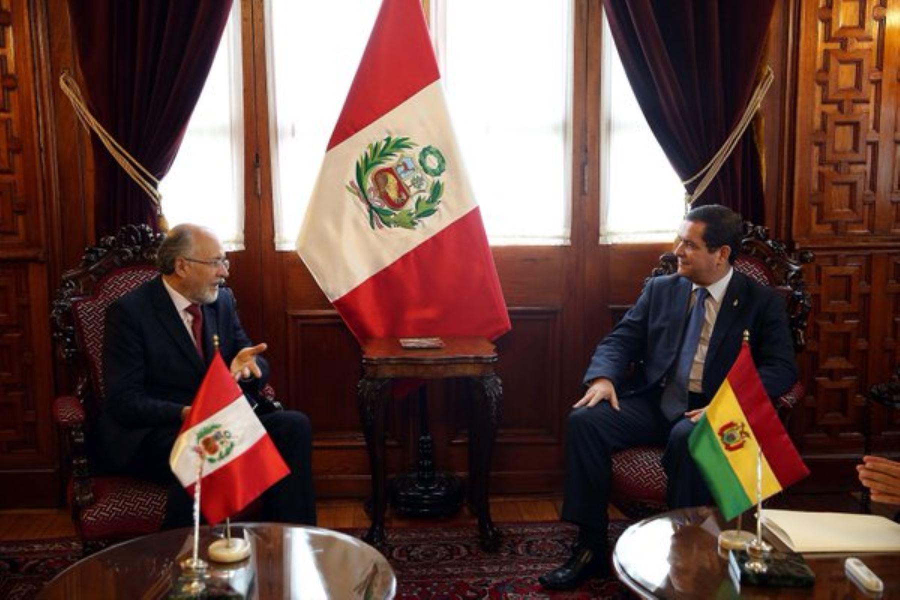 Reunión entre presidente del Congreso, Luis Iberico, y embajador de Bolivia en Lima, Gustavo Rodríguez. Foto: Congreso.