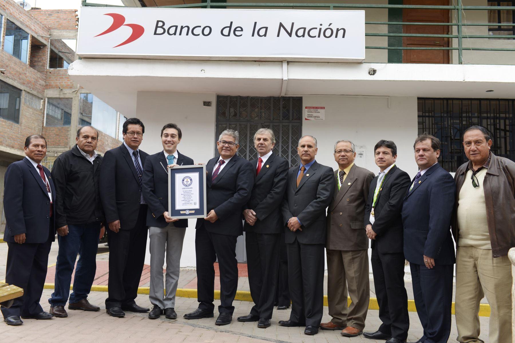 Carlos Martínez, director de Guinness World Records para América Latina, entregó la certificación en la Plaza de Armas de Macusani.