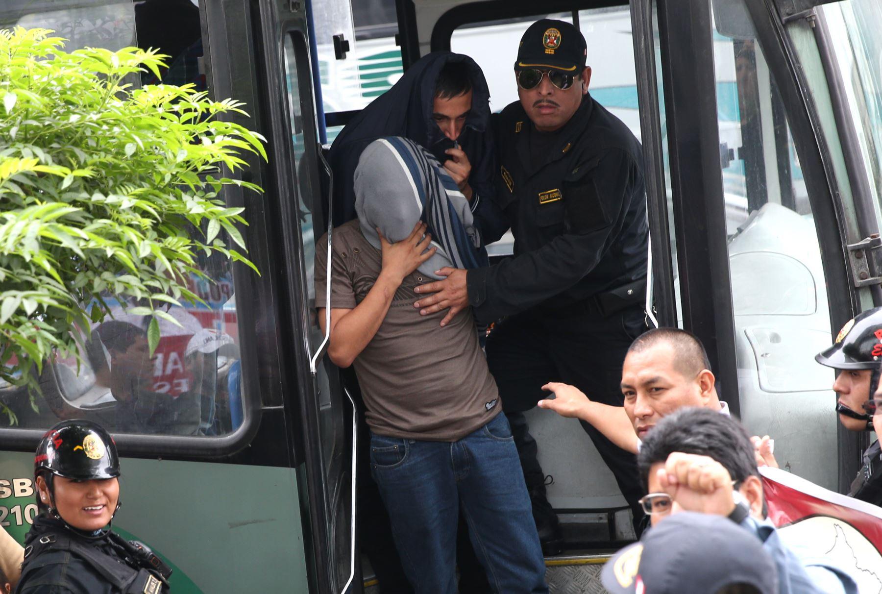 Trasladan a vándalos de Miraflores al Ministerio Público. FotoANDINA/Norman Córdova
