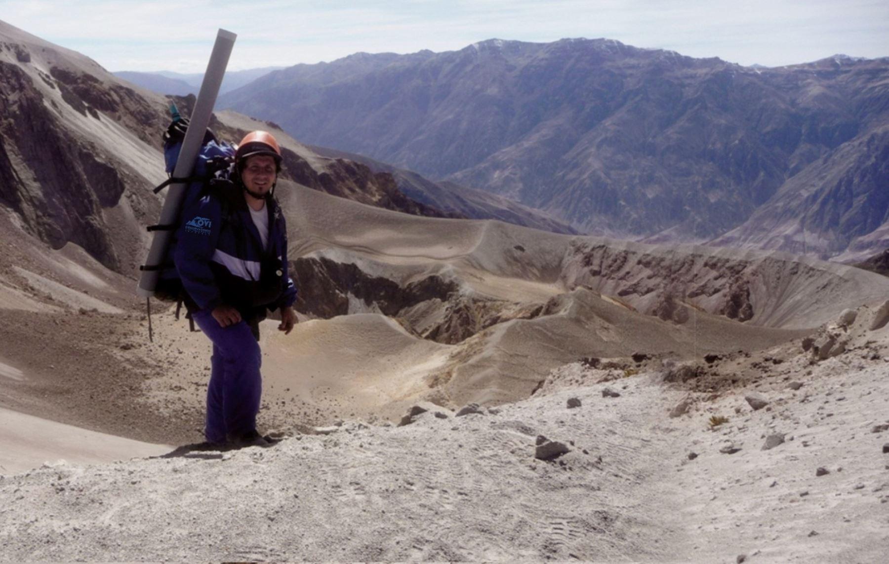 Pablo Masias del OVI Ingemmet en cráter del volcán Huaynaputina realiza planificación de los trabajos de campo. ANDINA/Difusión
