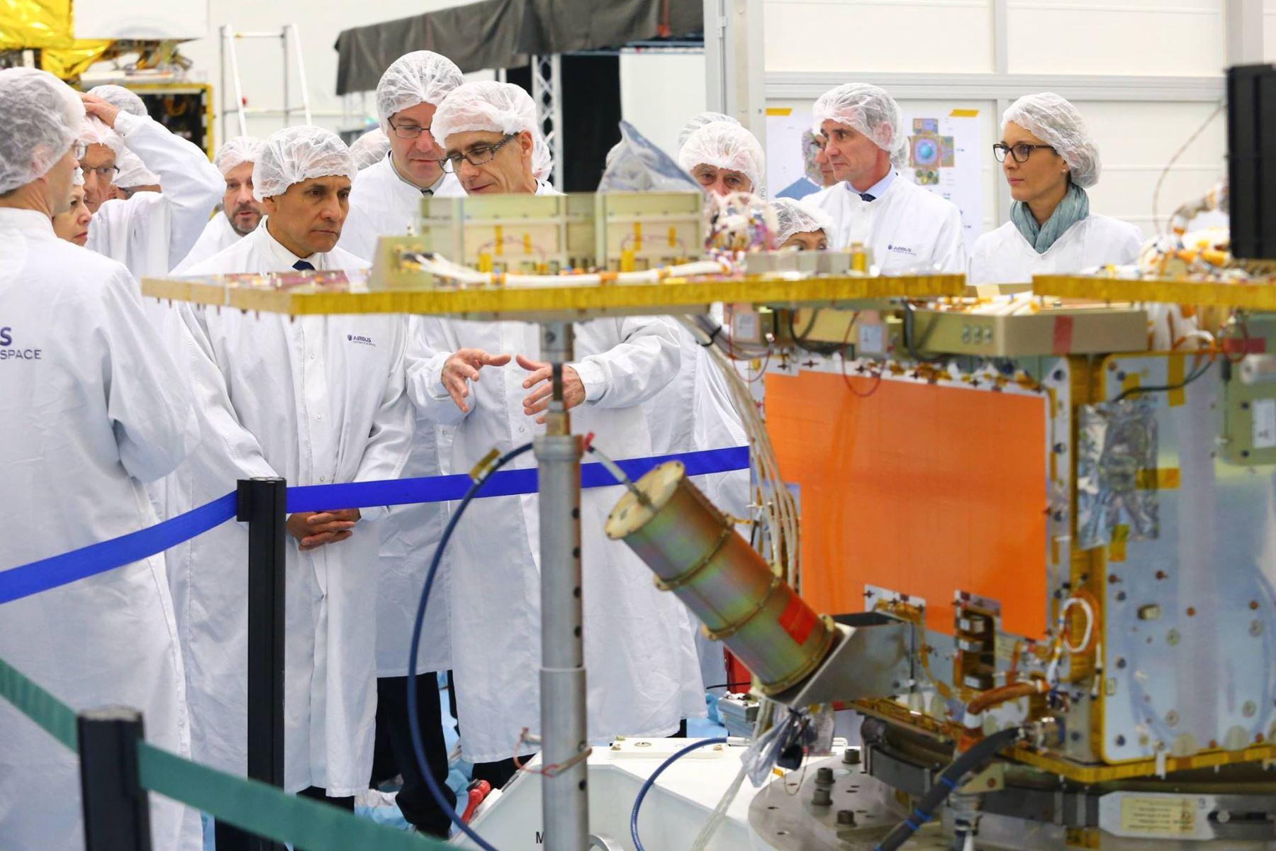 Presidente Ollanta Humala inspecciona avances en la construcción de satélite peruano.