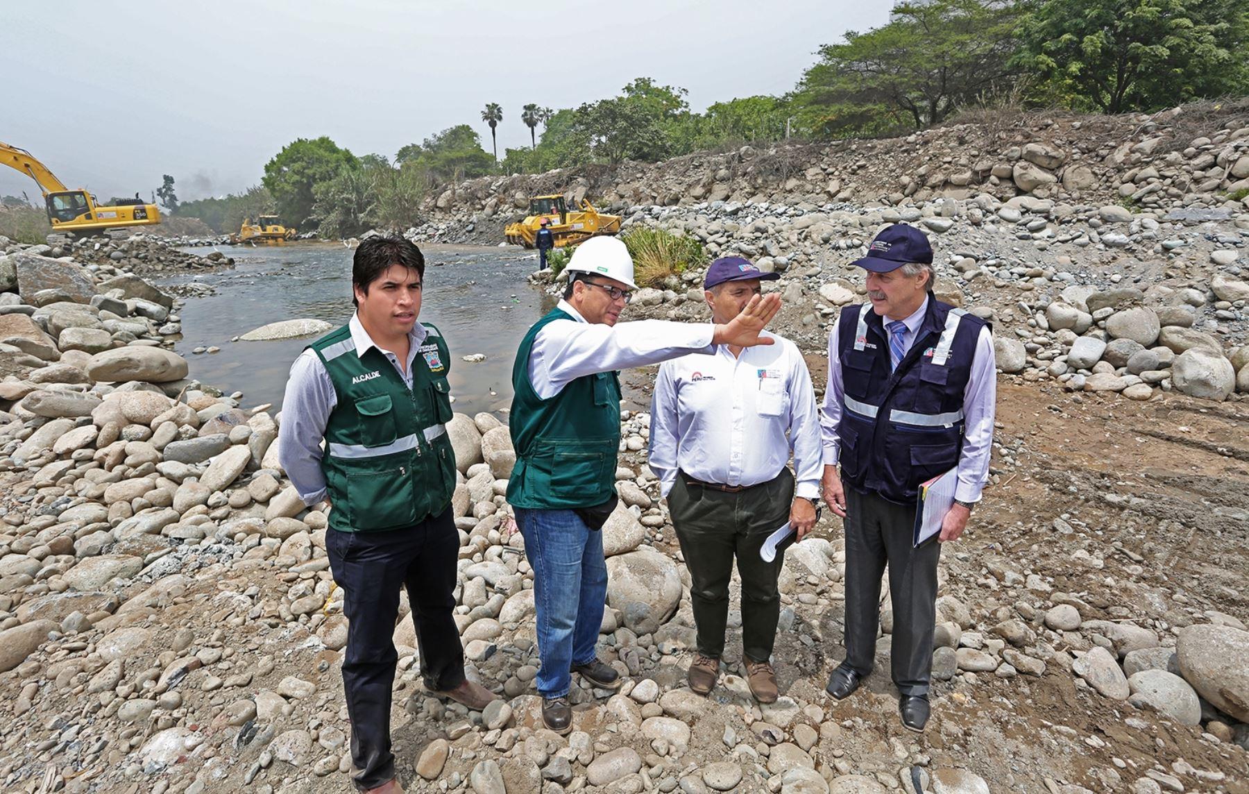 Ministros de Agricultura, Juan Benites; y de Vivienda, Francisco Dumler, supervisaron la descolmatación y limpieza de quebradas en Chaclacayo.