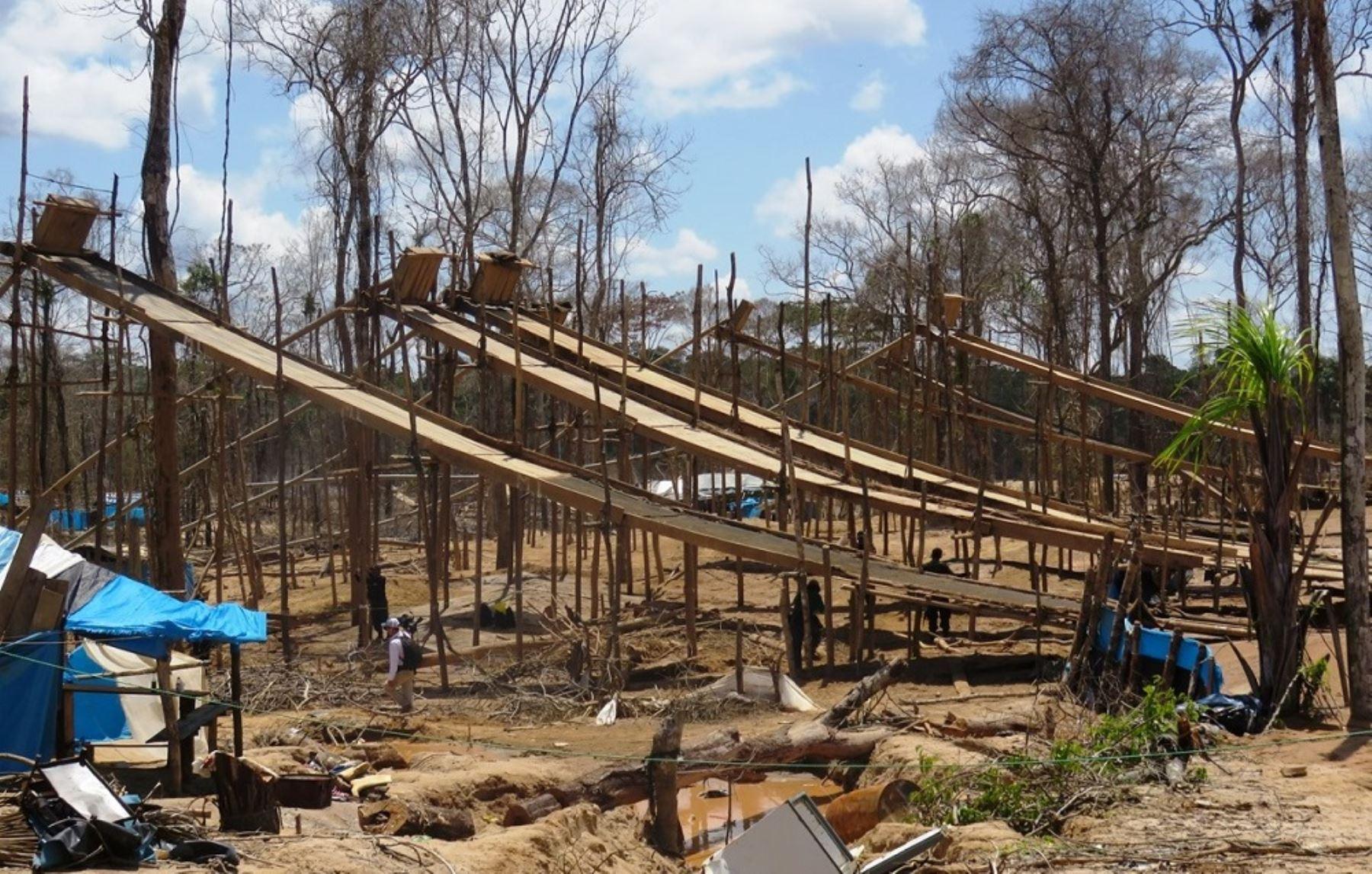 Destrucción de campamentos de minería ilegal en Madre de Dios.
