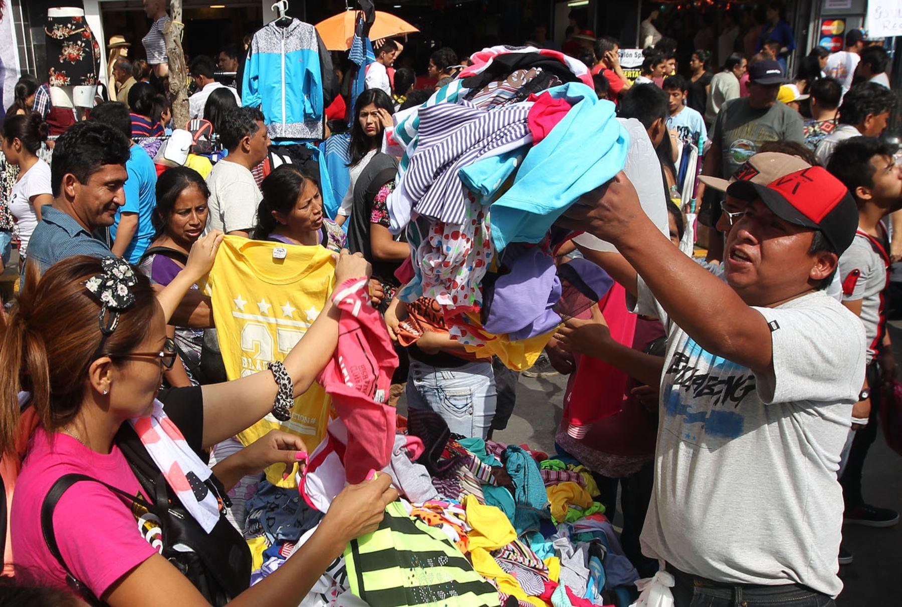 Compra de prendas de vestir en Gamarra. ANDINA/Héctor Vinces