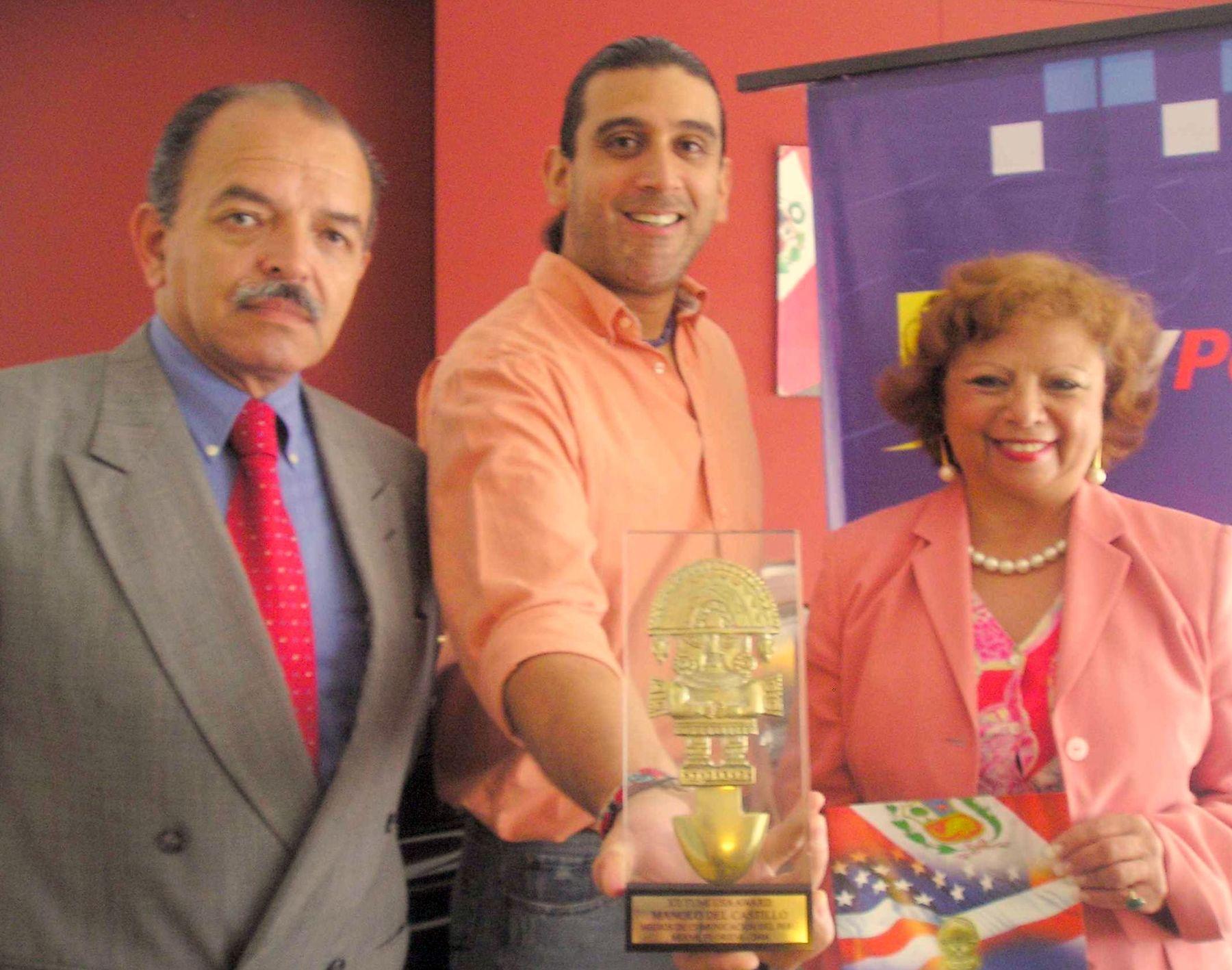 Ceremonia. Manolo junto a directores de Tumi USA Award.