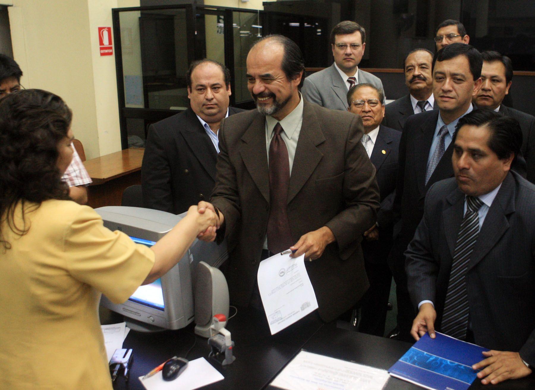 El secretario general del Partido Aprista,  Maricio Mulder, presenta ante el Jurado Nacional de Elecciones su padrón de Afiliados . Foto ANDINA/Carlos Lezama