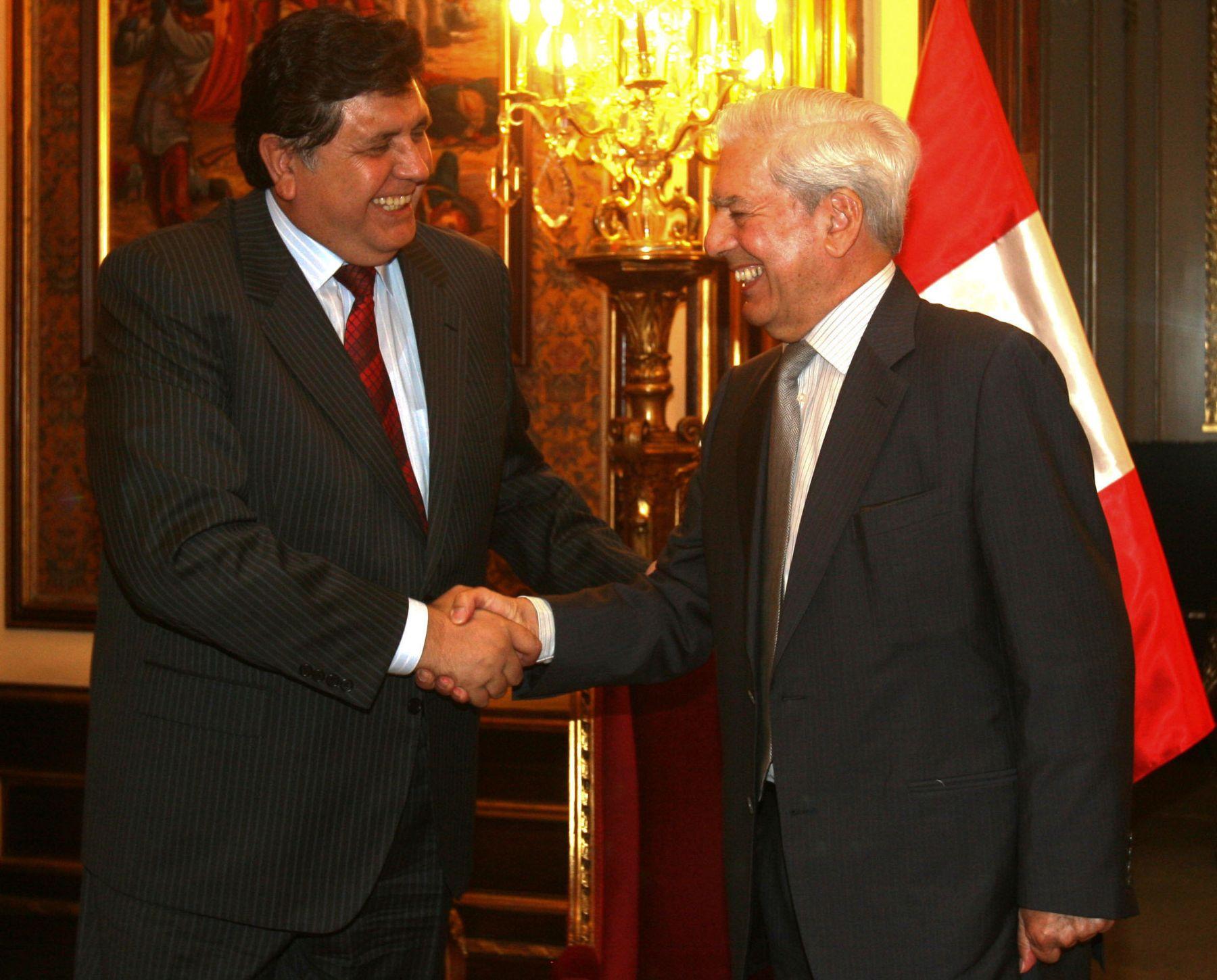 El Presidente de la República, Alan García  se reunió esta mañana con el escritor Mario Vargas Llosa en Palacio Gobierno. Foto: Andina / Sepres
