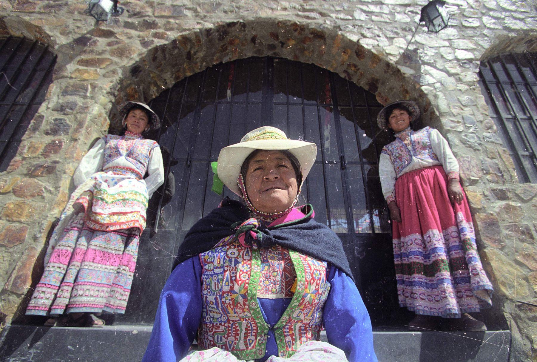 Los hermosos bordados del valle de Colca son Patrimonio Cultural de la Nación. ANDINA/archivo
