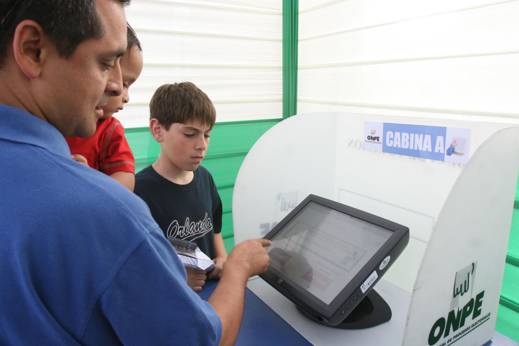 Simulacro de voto electrónico, organizado por la Onpe en el distrito de Miraflores. Foto: ANDINA/ Vidal Tarqui