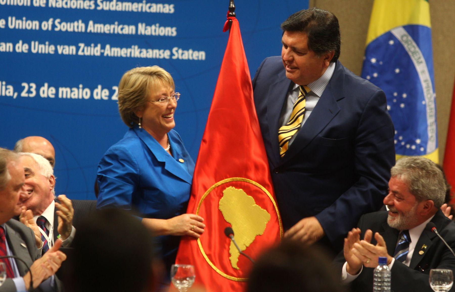 El presidente García entrega la bandera de Unasur a su homóloga de Chile, quien asume la presidencia de Unasur. Foto: ANDINA/Piero Vargas.