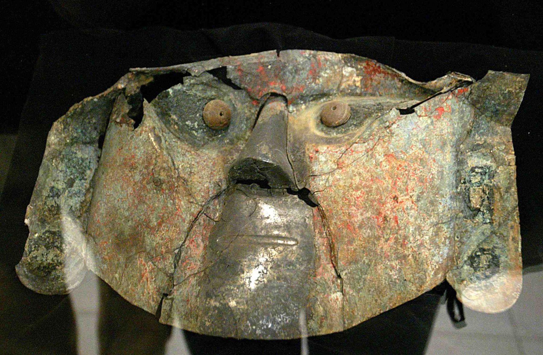 El Museo Nacional Sicán, ubicado en la provincia lambayecana de Ferreñafe, alberga 25 máscaras funerarias similares a la recuperada en Alemania, las cuales fueron descubiertas en las investigaciones arqueológicas en el Santuario Histórico Bosque de Pómac, informó el director de dicho recinto cultural, Carlos Elera. ANDINA/Difusión