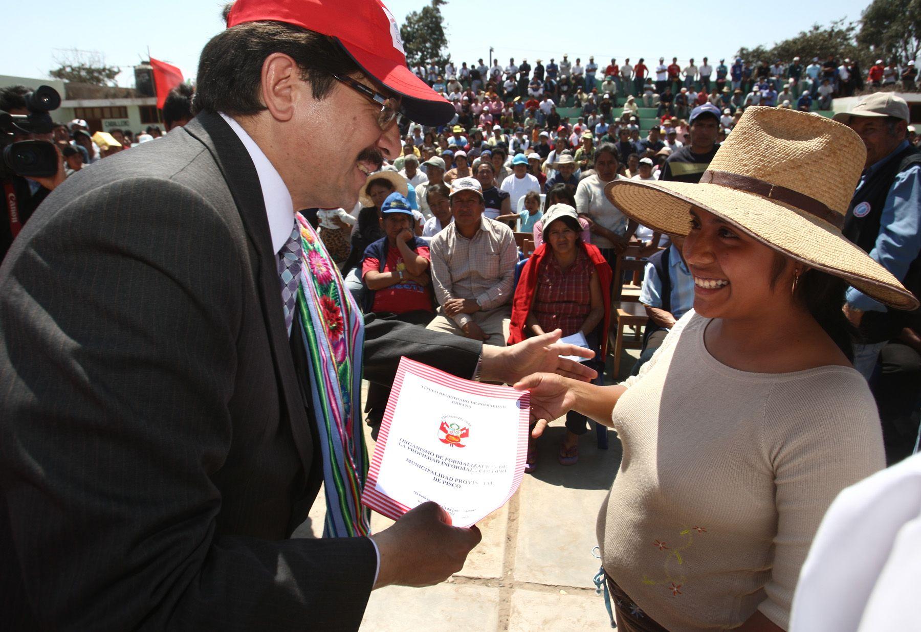 Ministro de vivienda, Enrique Cornejo, entregó titulos de propiedad a damnificados del Centro Poblado de Bernales en el distrito de Humay. Foto:ANDINA/Jack Ramón Morales