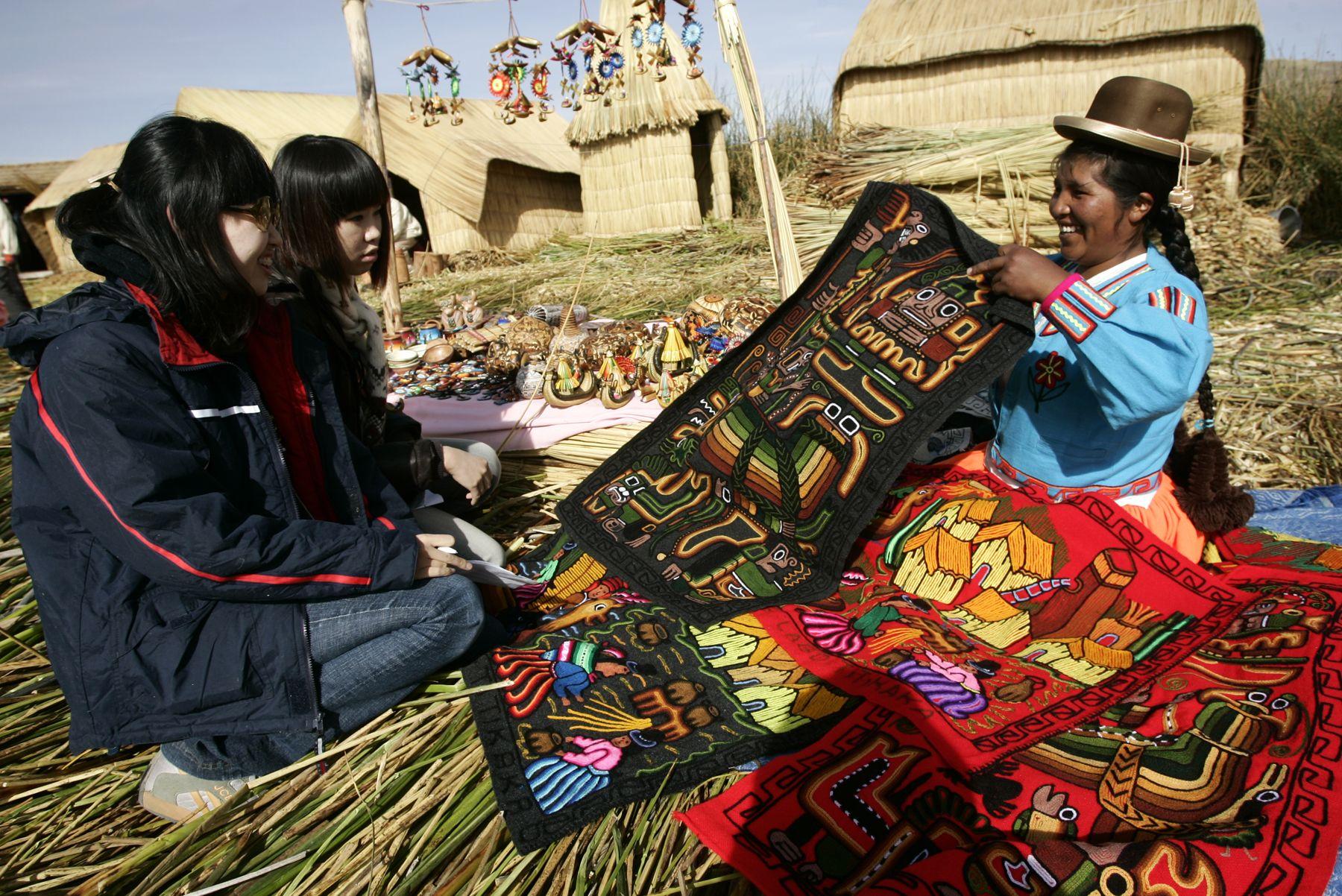 Delegados del Encuentro de Jóvenes de la APEC visitan la Isla de los Uros, en el Lago Titicaca, Puno. Foto: ANDINA / Rafael Cornejo