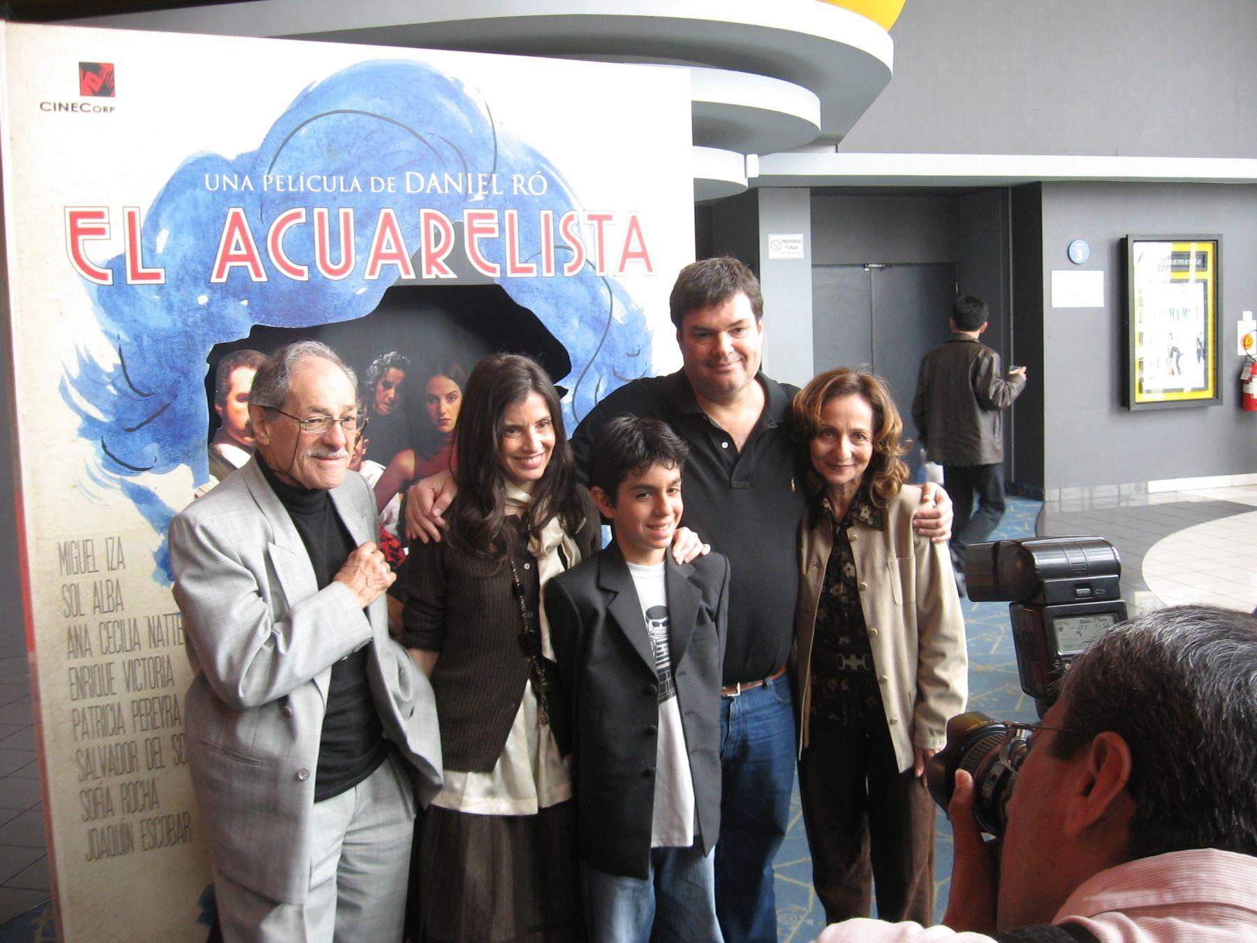 El director de la película, Daniel Ró, junto al elenco de su ópera prima.